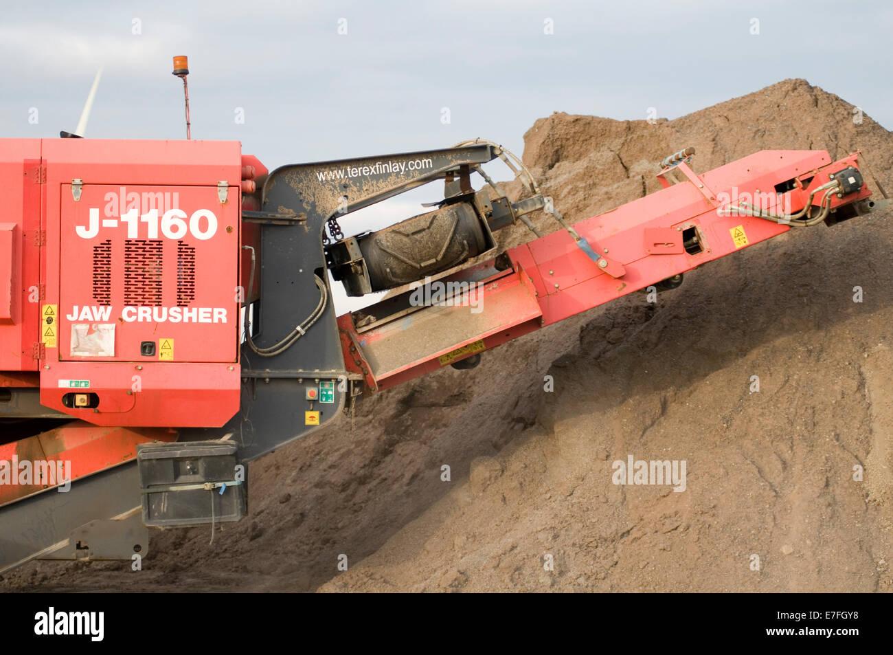 Agregado de trituración trituradoras móviles de producción minera Canteras demolición Construcción de carreteras Foto de stock
