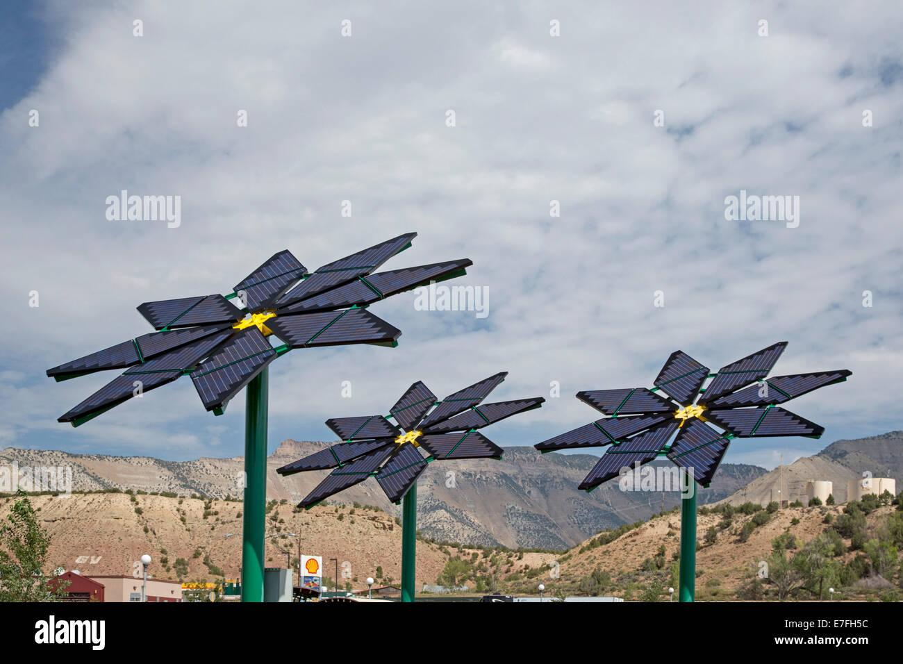 El paracaídas, Colorado - paneles solares hechas a semejanza de flores suministrar electricidad para una parada Imagen De Stock