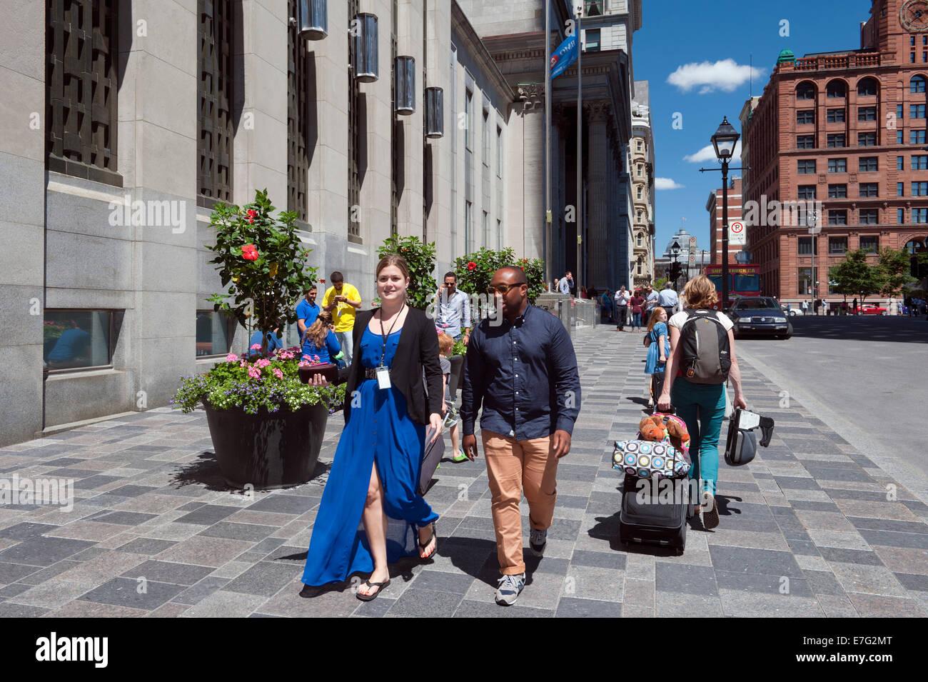 Los peatones en la calle St Jacques, el casco antiguo de Montreal, provincia de Quebec, Canadá. Imagen De Stock