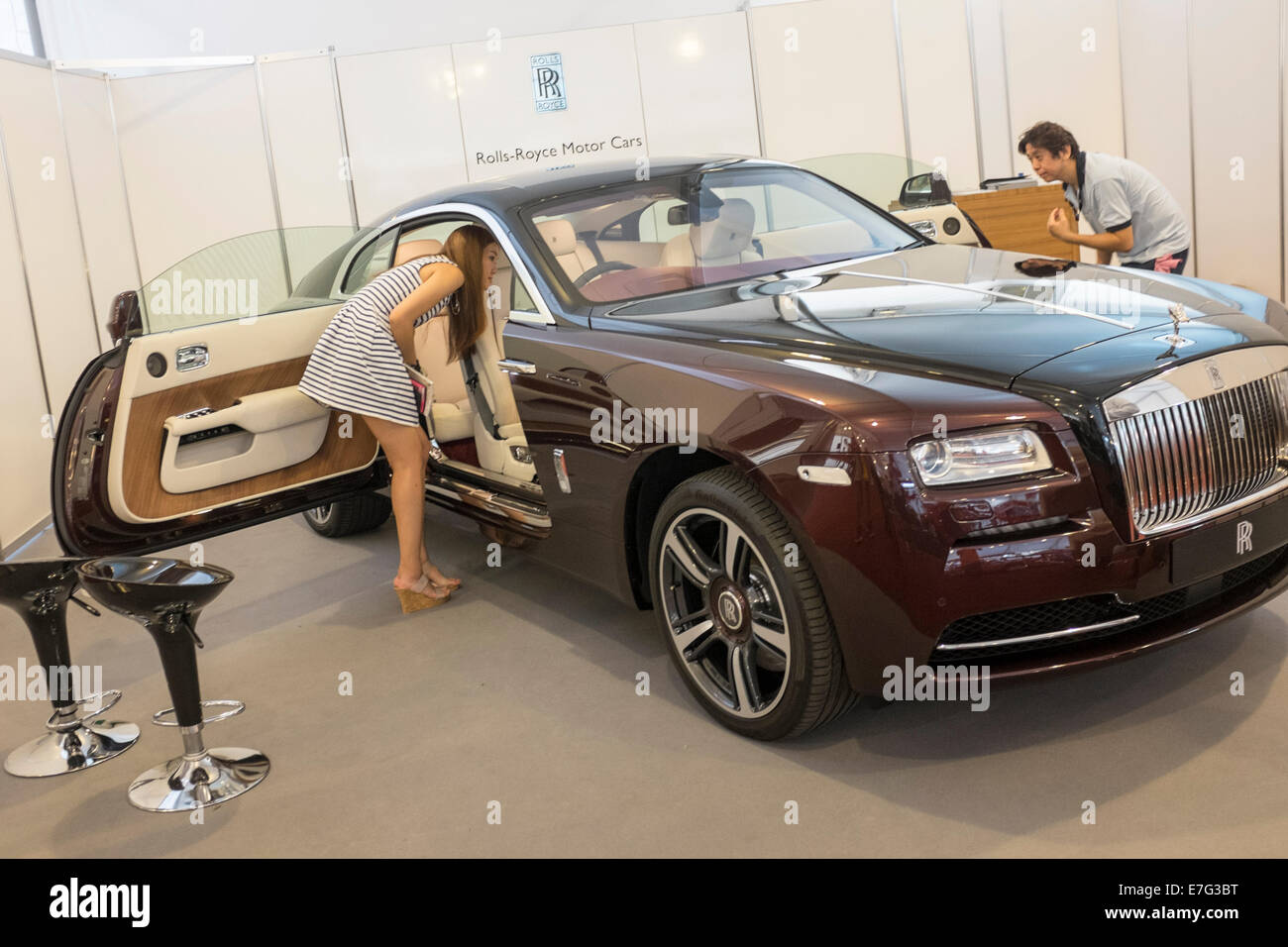 Una Mujer Mira Dentro De Un Rolls Royce En El Singapur Yacht Show