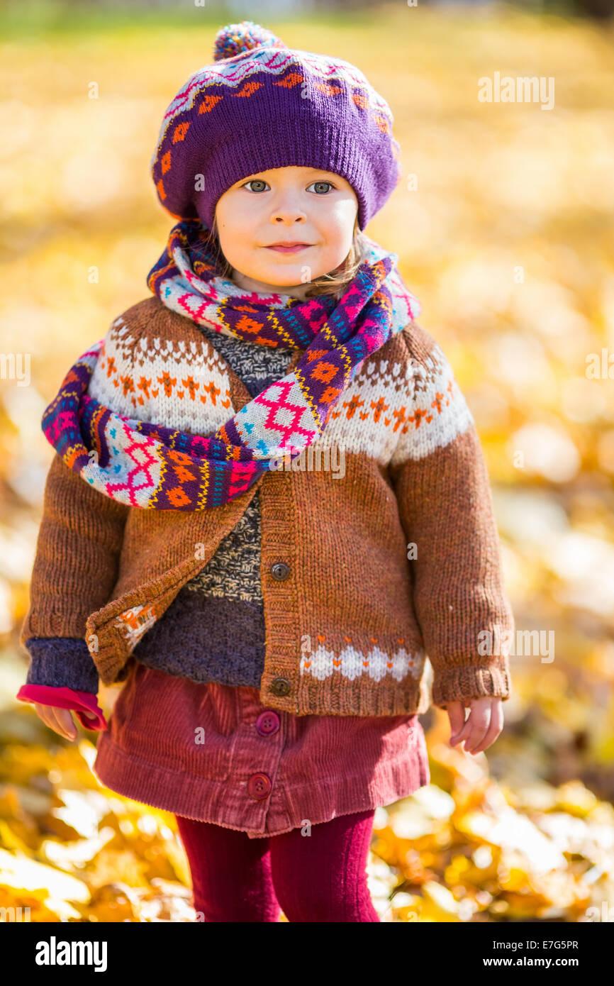 Niña feliz caminar en el parque de otoño Imagen De Stock