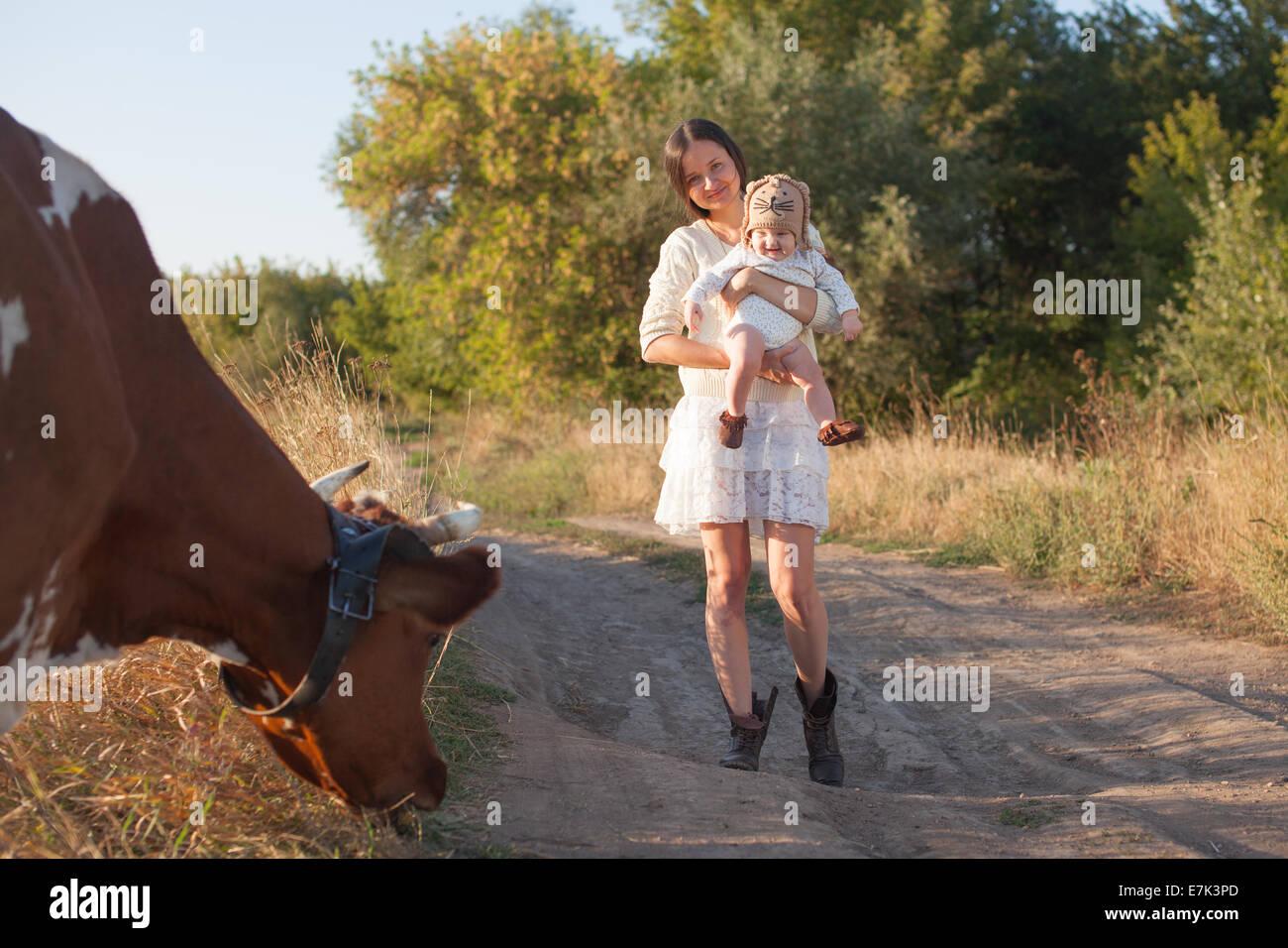 Bebé cumple una vaca Imagen De Stock