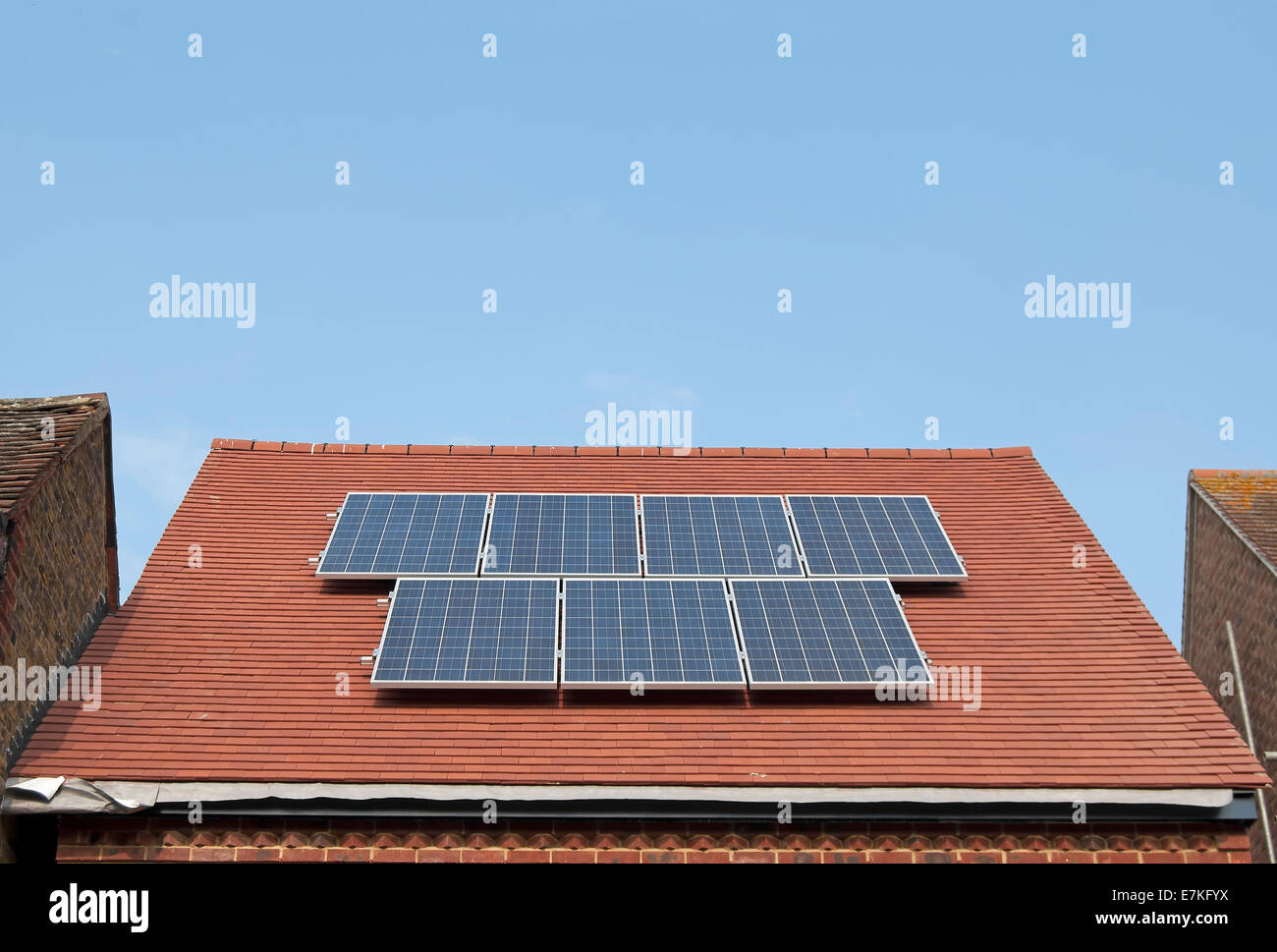 Siete paneles solares en el techo de una casa recién construida, Twickenham, Middlesex, Inglaterra Imagen De Stock