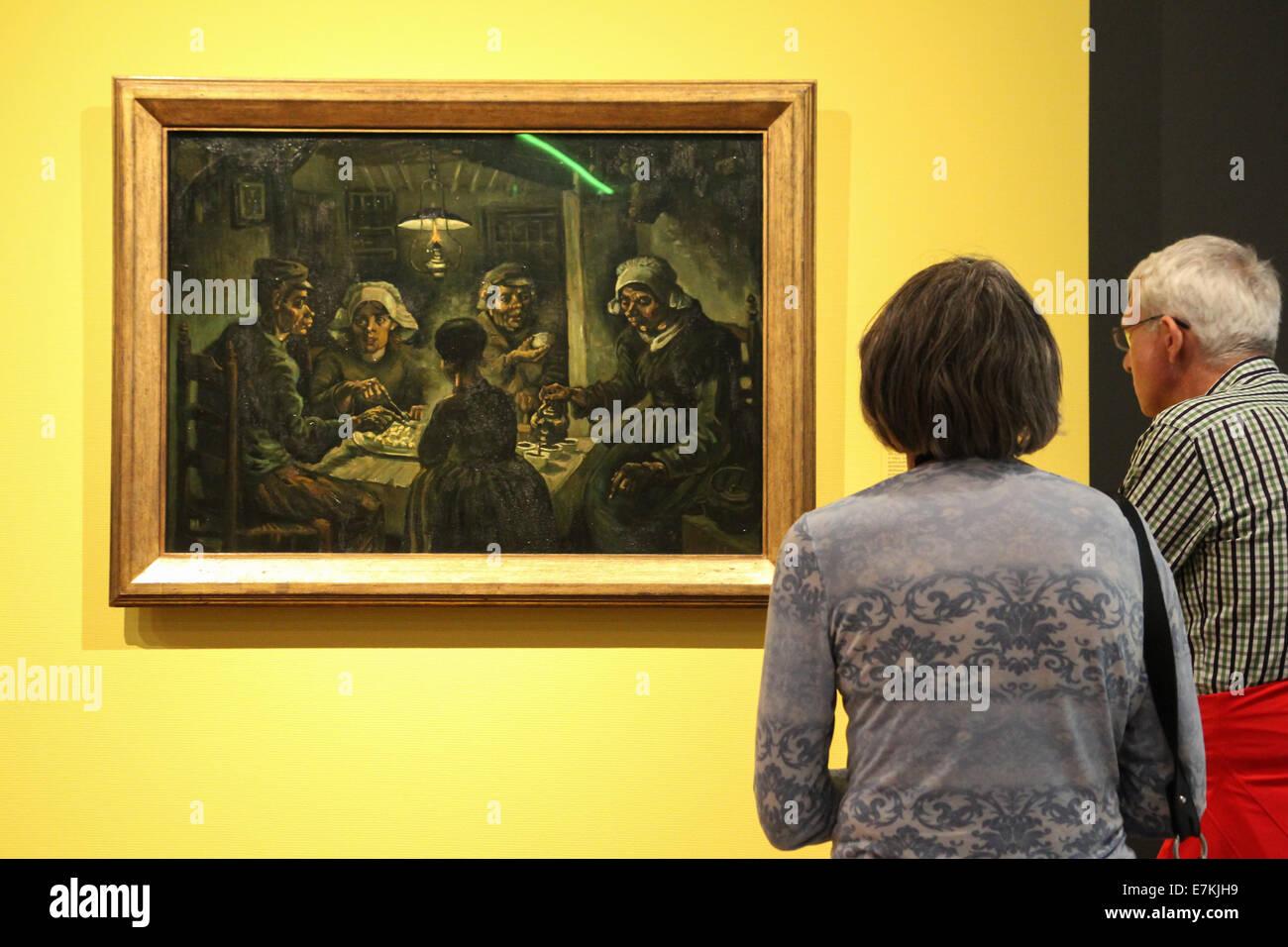 Pareja de ancianos mirando la pintura de Vincent van Gogh ...