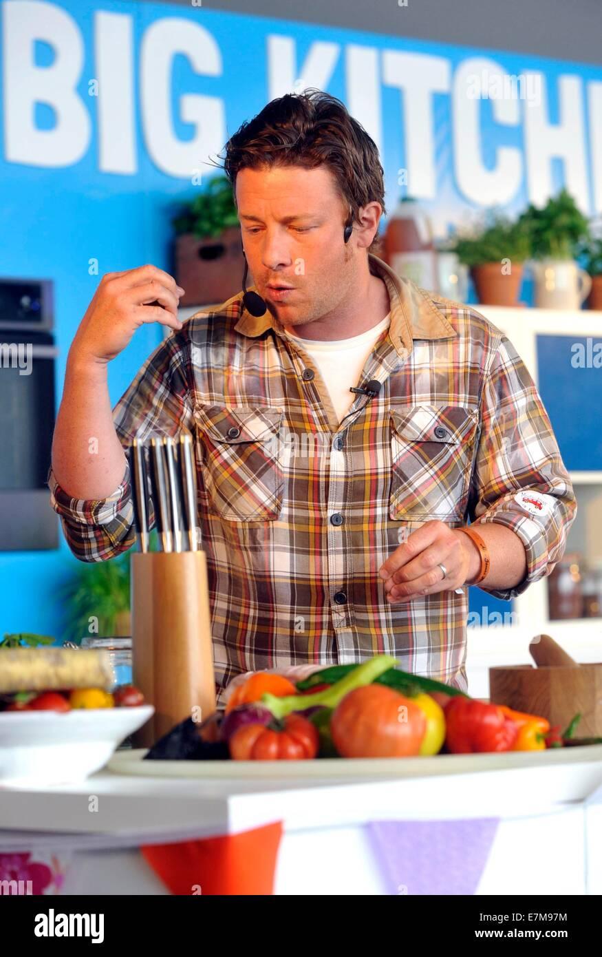 Jamie Oliver, Una Demostración De Cocina En La Cocina Grande En El Big  Feastival Celebrada En Alex James? Cerca De La Granja De Kingham,  Oxfordshire 01/09/ ...