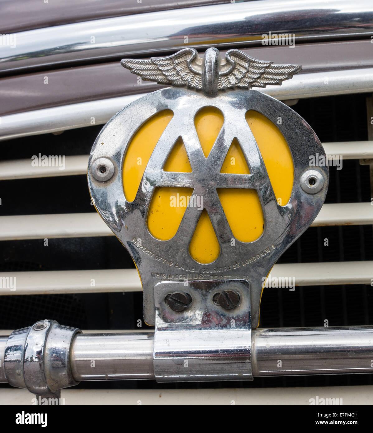 Chapado en cromo de antigüedades AA Automobile Association insignia insignia en un bar de un Morris Minor UK Imagen De Stock