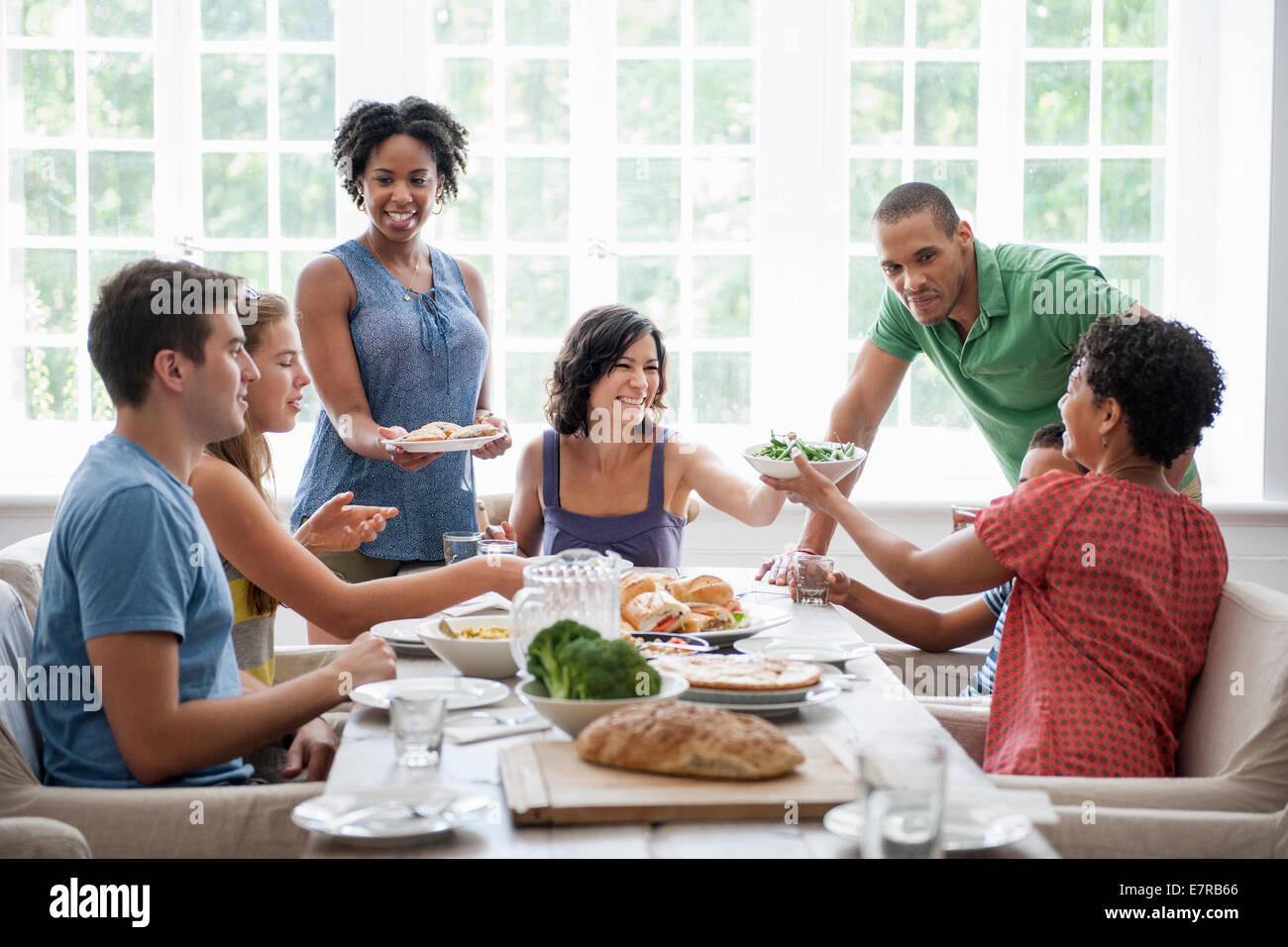 Una Reunión Familiar Para Una Comida Adultos Y Niños Alrededor De