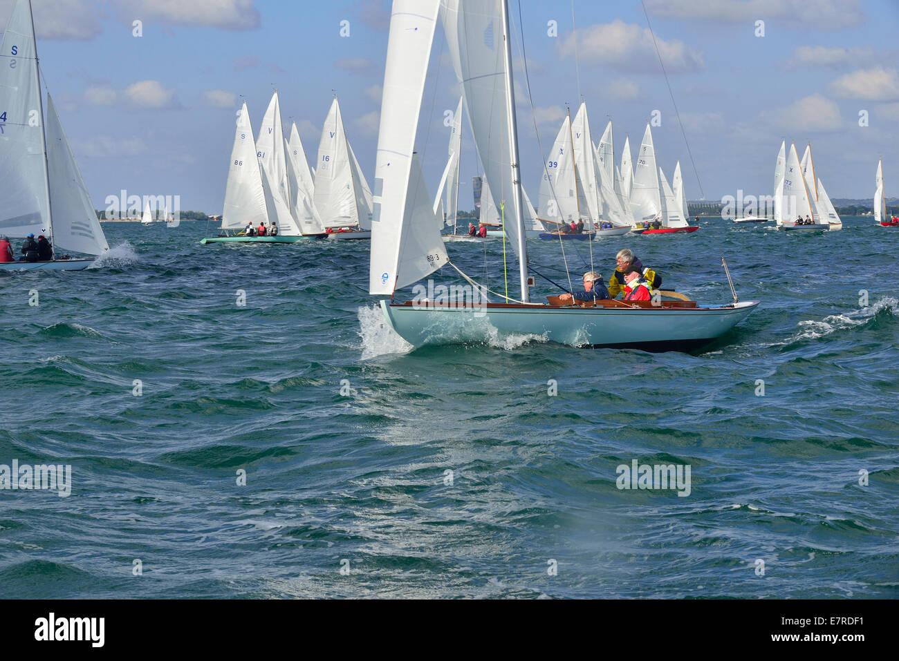Sunbeam keel clase de barco de carreras hacia la boya de viento en la carrera de flota mixta durante Barts Bash en Chichester Harbor, Nr. Chichester, West Sussex, Inglaterra Foto de stock