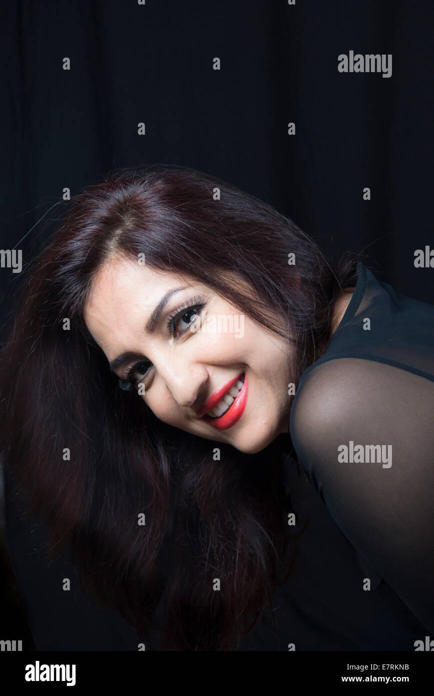 Retrato de una mujer hermosa en su 30s Foto de stock