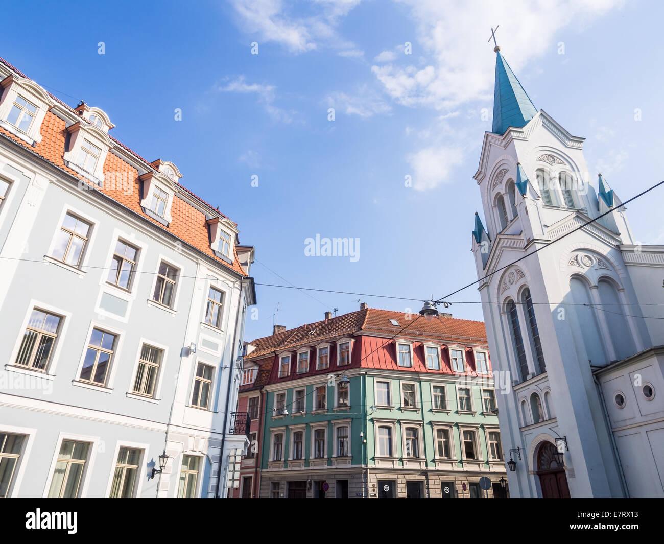 Iglesia de la Virgen de las angustias y la arquitectura de la Ciudad Vieja de Riga, Letonia. Imagen De Stock