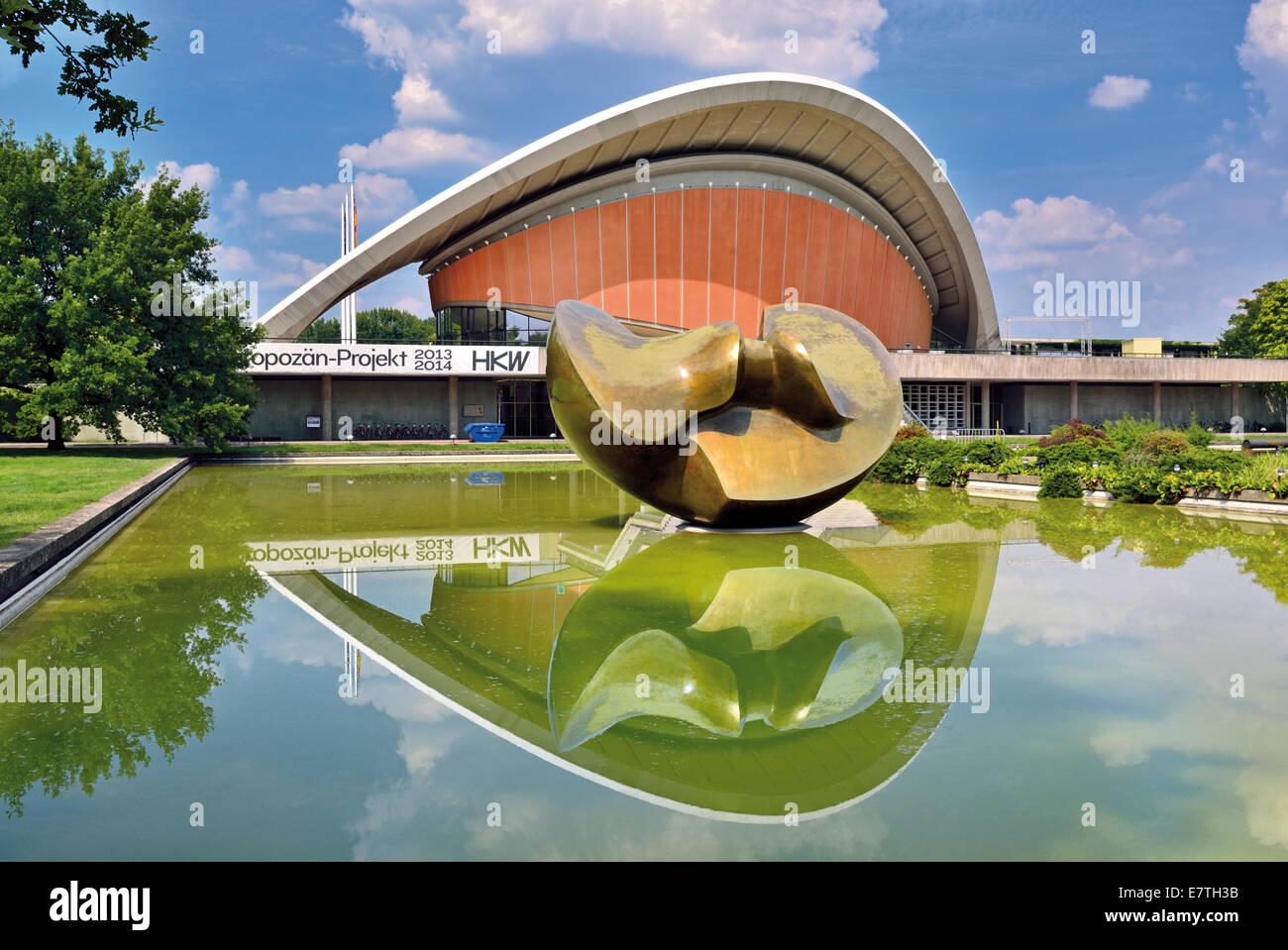 Alemania, Berlín: la Casa de las Culturas del Mundo con Henry Moore escultura delante Imagen De Stock