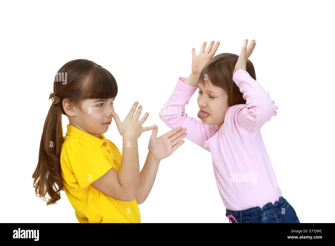 Las dos chicas se burlan recíprocamente aislado sobre fondo blanco. Foto de stock