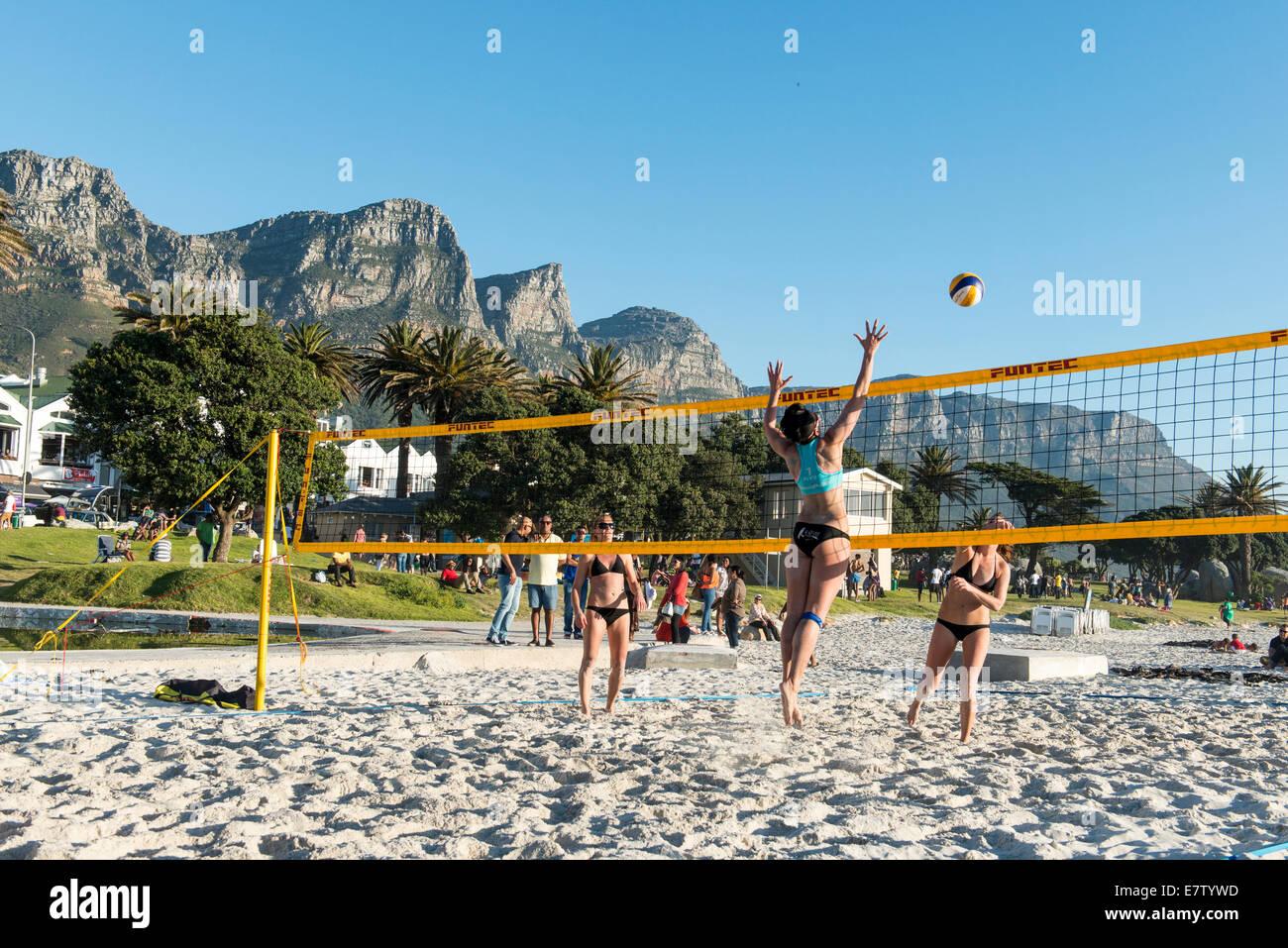 Los jugadores de voley playa en la playa de Camps Bay, Ciudad del Cabo, Sudáfrica Imagen De Stock