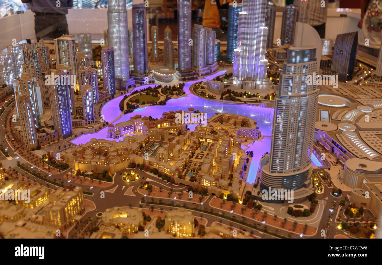 DUBAI, EMIRATOS ÁRABES UNIDOS - 31 de octubre de 2013: Presentación de la ciudad en luxuty Dubai Mall. En más de 12 millones de metros cuadrados, es la tienda más grande del mundo. Foto de stock