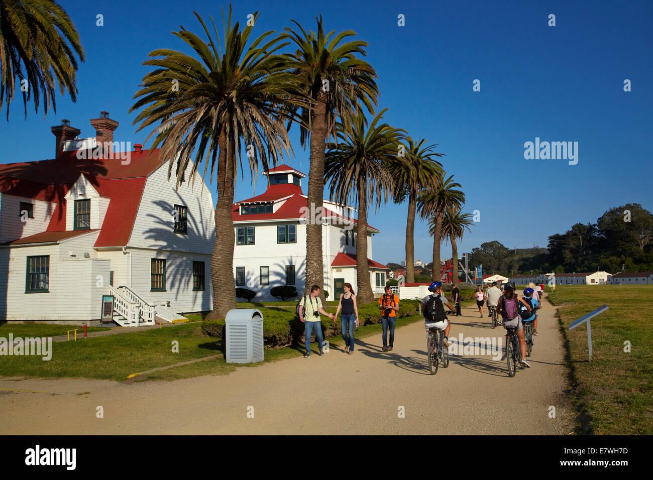 Los ciclistas y peatones en San Francisco Bay Trail y el histórico Fort Point US Coast Guard Station, San Francisco, Foto de stock