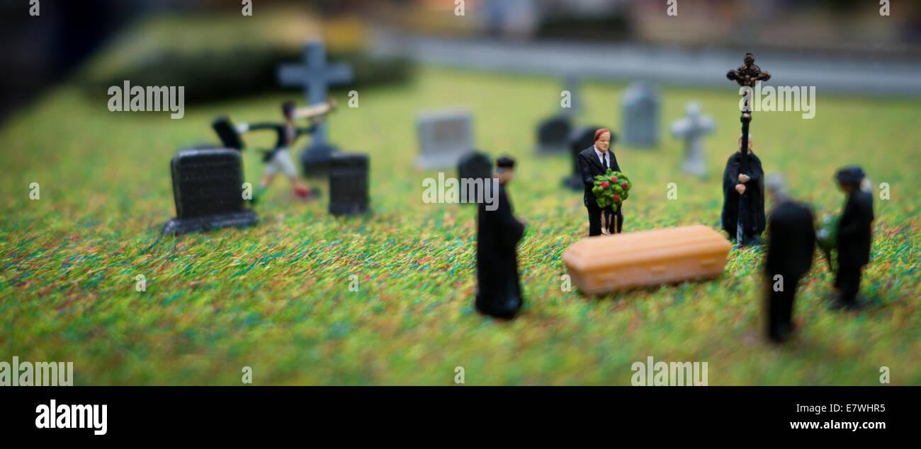Pequeña escala HO figura personas lloran en un funeral escena. Imagen De Stock