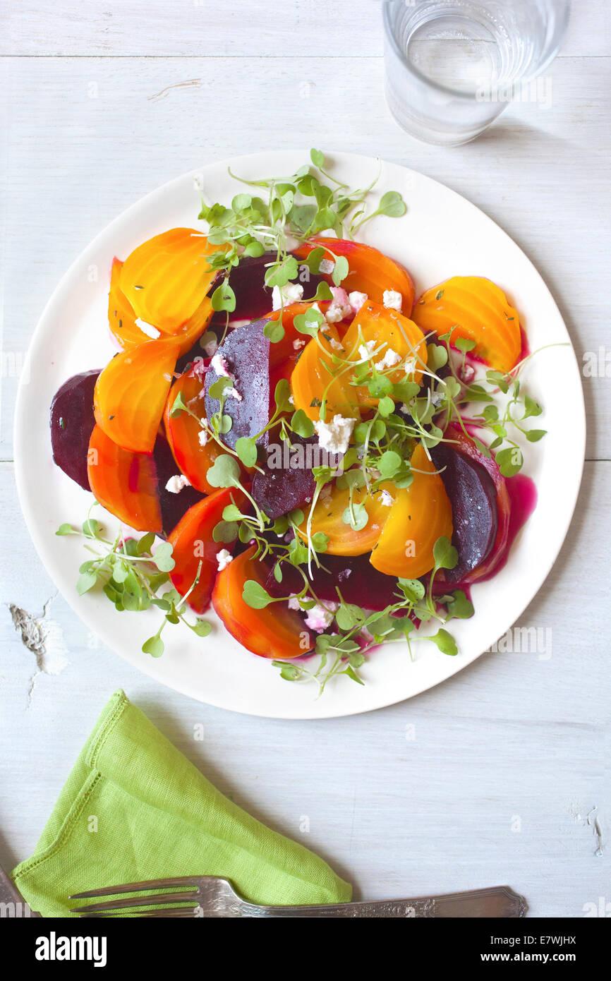 Amarillo, naranja y rojo ensalada de remolacha Foto de stock