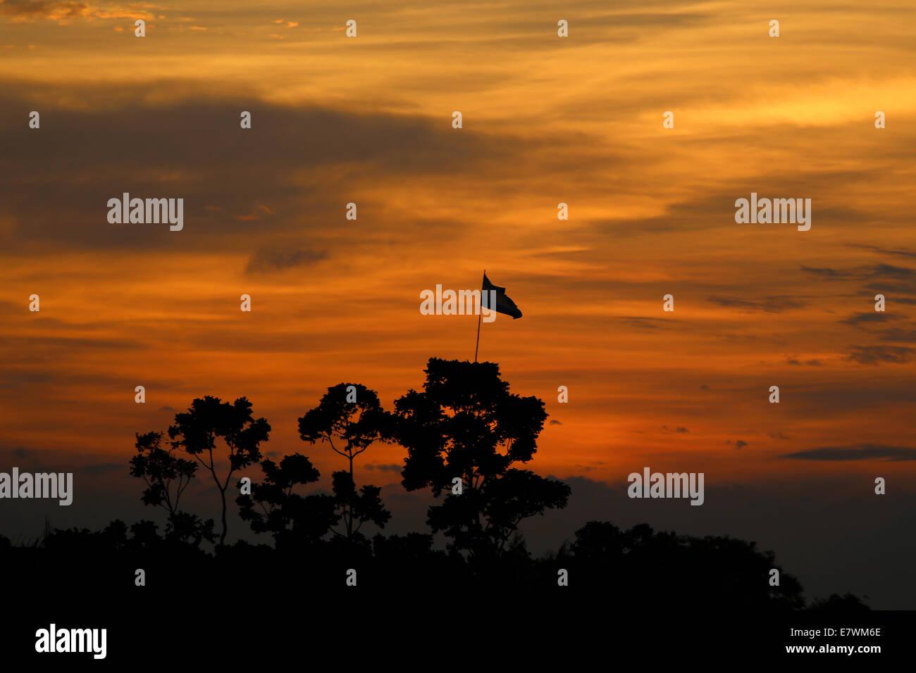 Momento de oro después de la puesta del sol cerca de Dhaka, en Bangladesh Foto de stock