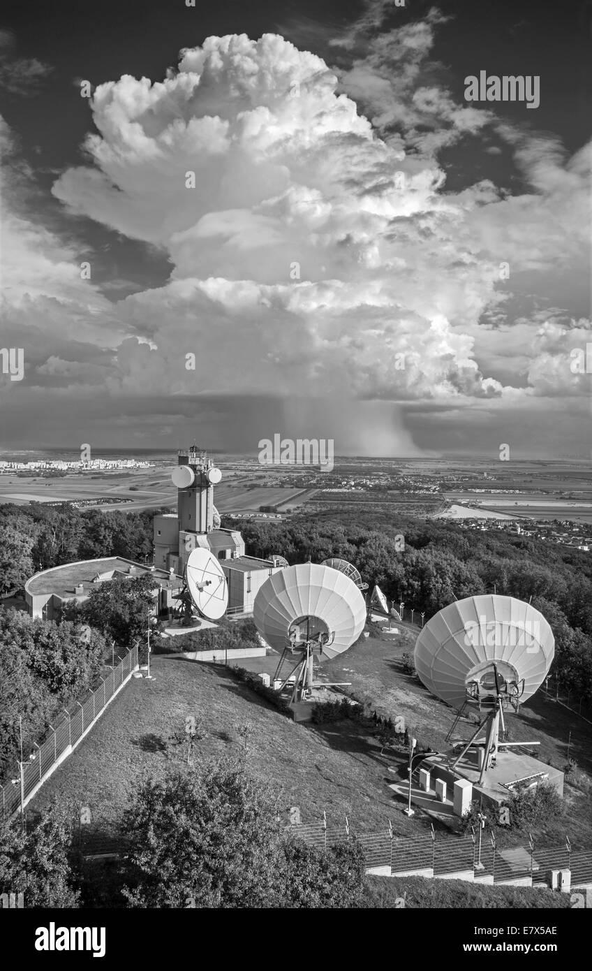 Austria - Outlook desde la torre de Konigswarte durante el Berg aldea con el big parabols y Tormenta de nubes en Imagen De Stock