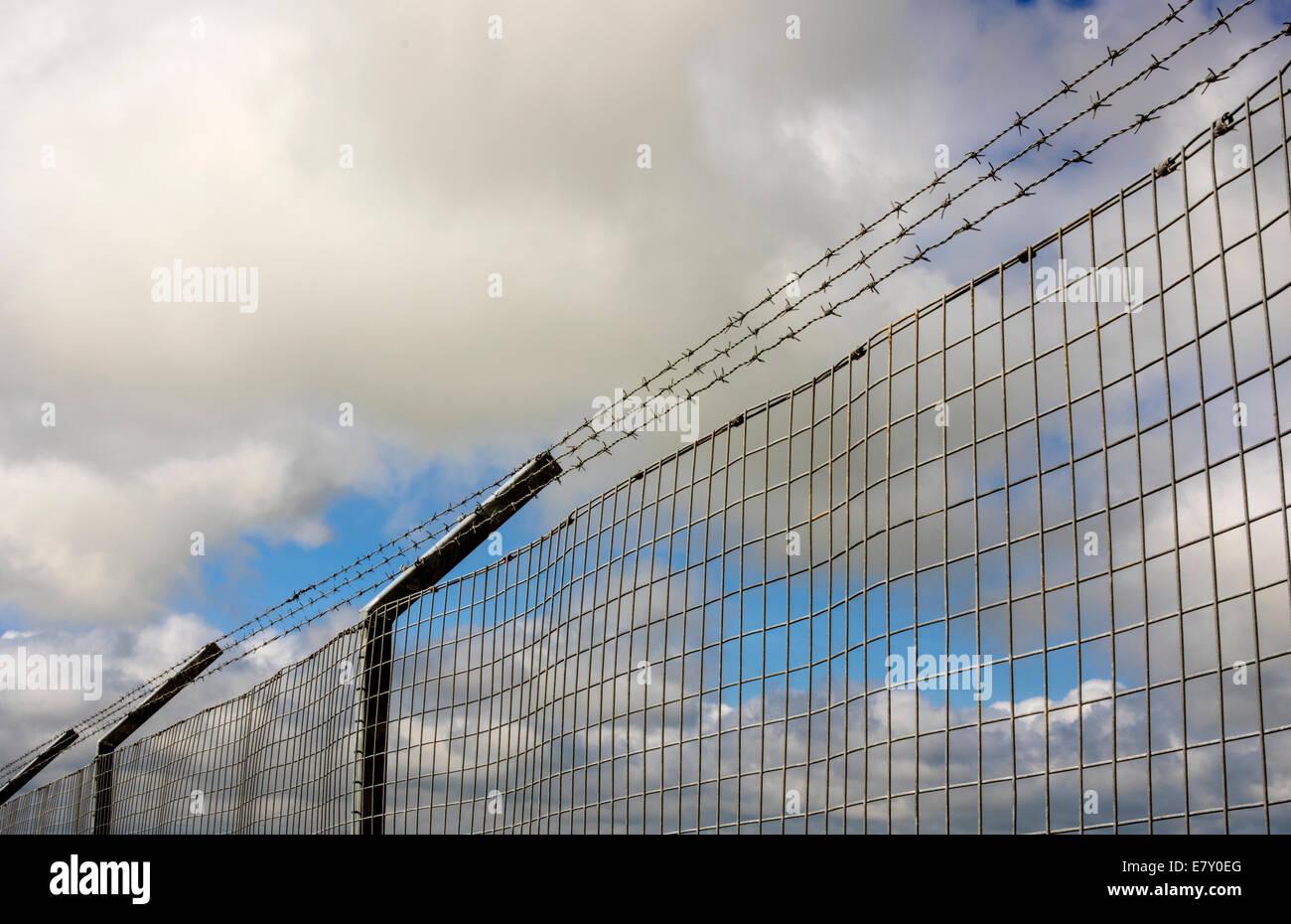 Una valla alrededor de un compuesto para mantenerlo seguro Foto de stock