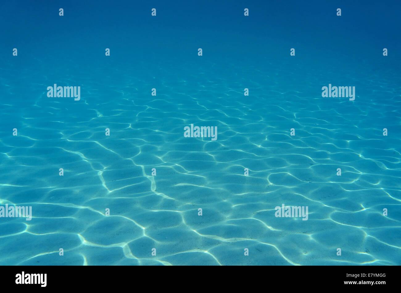 Ondas de luz submarina en fondos arenosos en el mar Caribe Imagen De Stock