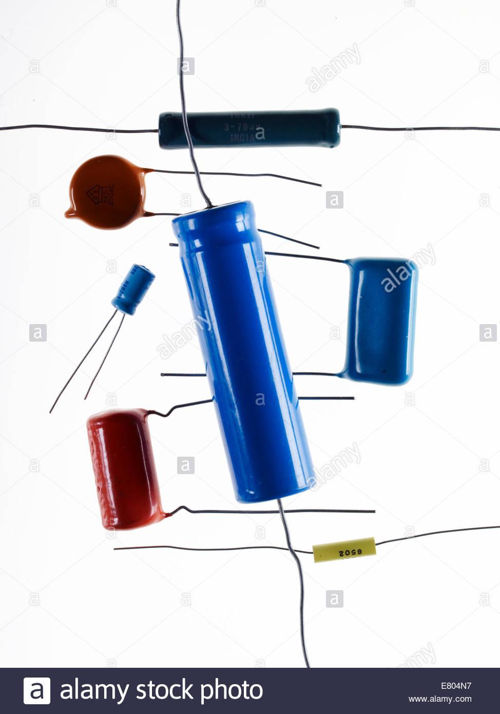 Componentes electrónicos viejos, viejos transistores aislado sobre fondo blanco. Imagen De Stock