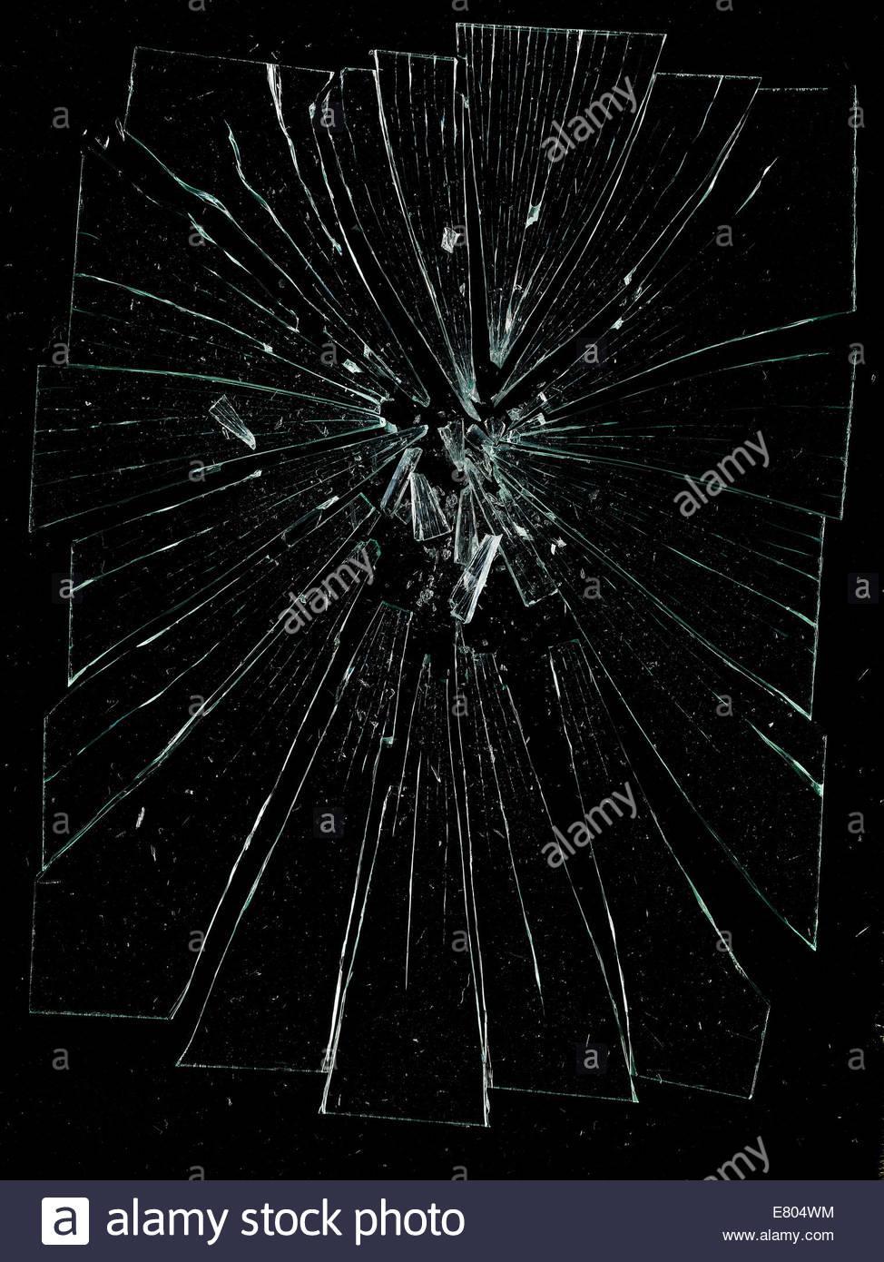 Destrozado en pedazos, agrietadas y vidrio roto contra fondo negro Imagen De Stock