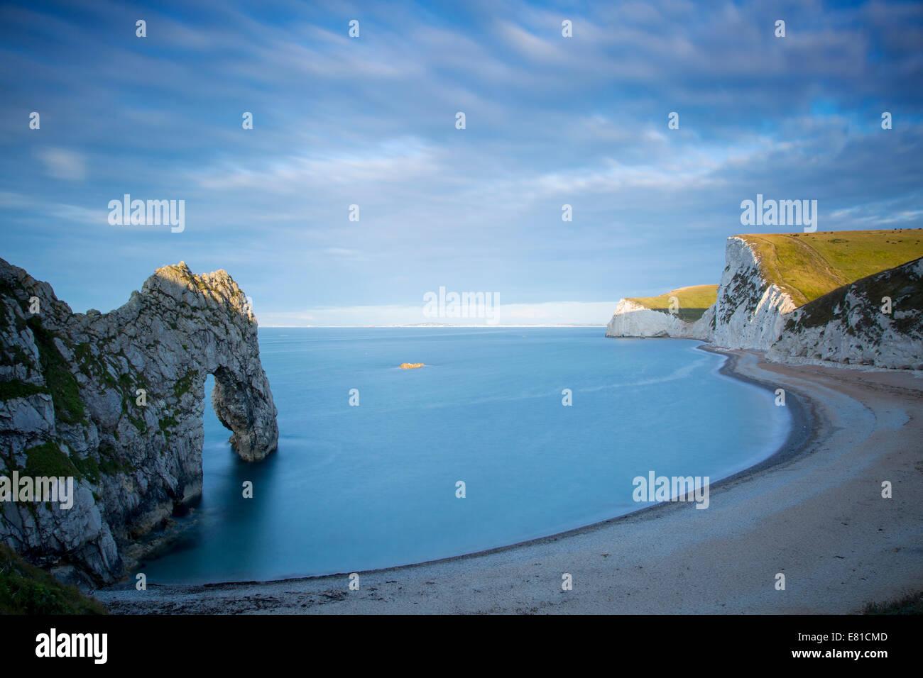 Amanecer sobre Durdle door y la Costa Jurásica, en Dorset, Inglaterra Imagen De Stock