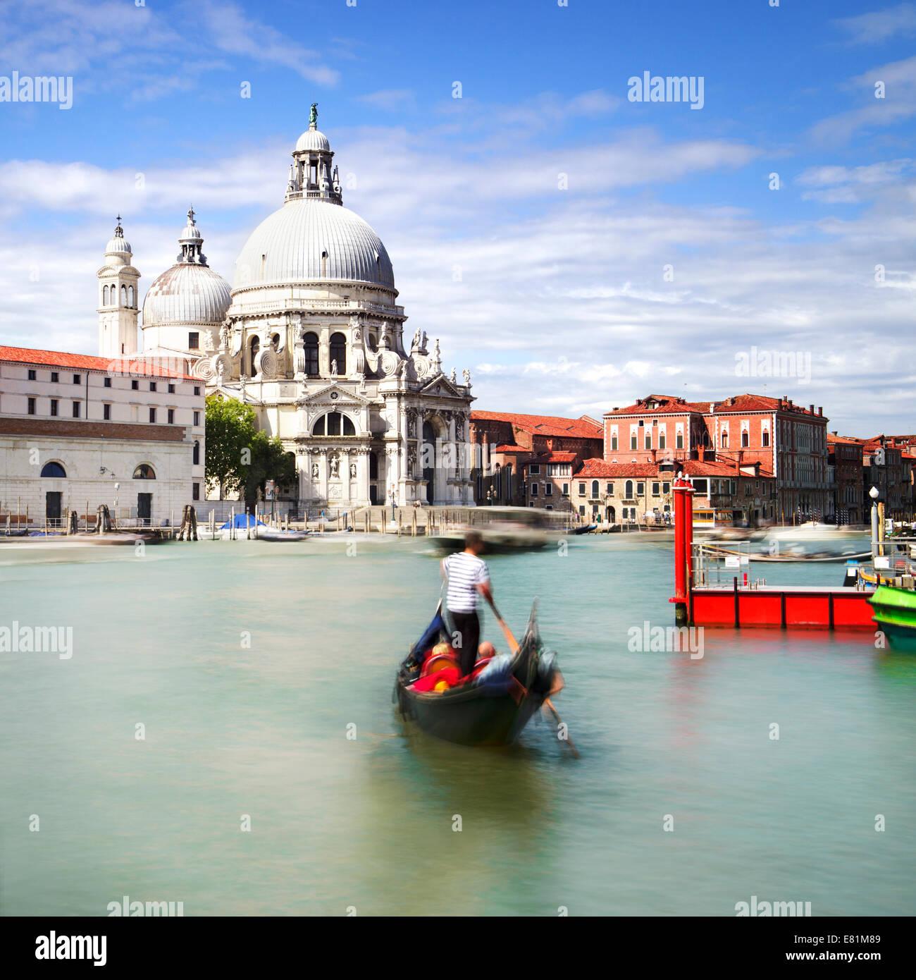 La góndola en el Canal Grande, con la Basílica di Santa Maria della Salute, en el fondo, Venecia, Italia Imagen De Stock