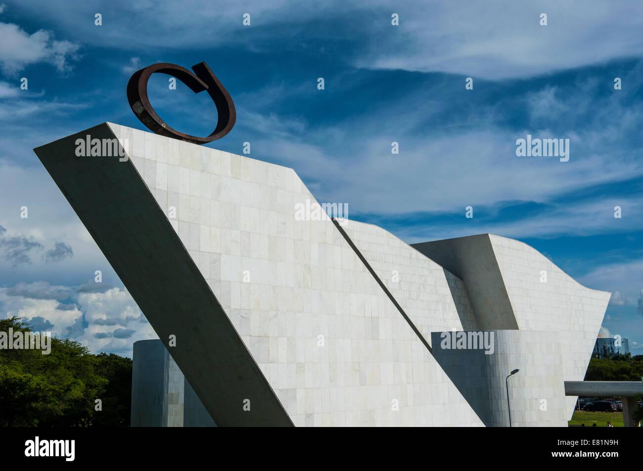 Arte arquitectónico por Oscar Niemeier en la Plaza de los Tres Poderes, Brasilia, Brasil Imagen De Stock