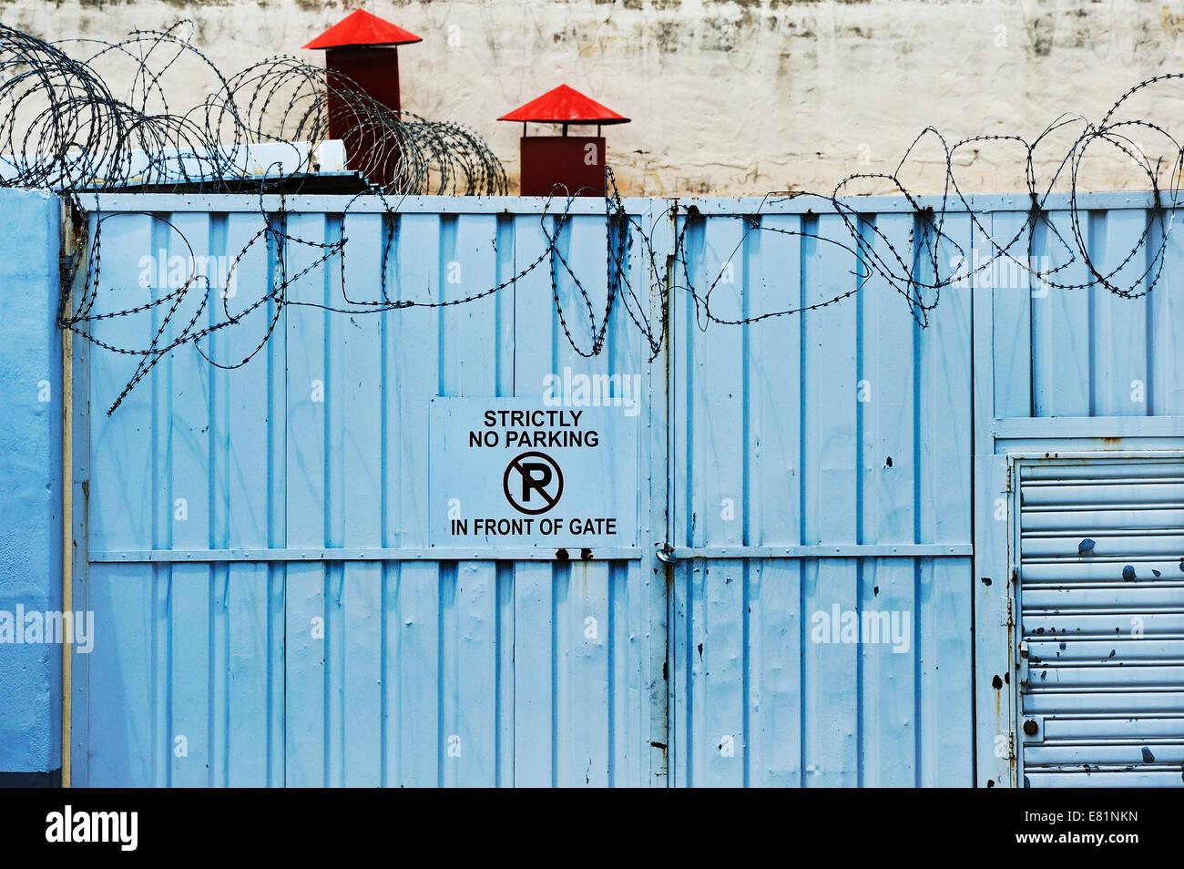 Puerta de hierro con alambre de púas, Windhoek, Namibia Foto de stock
