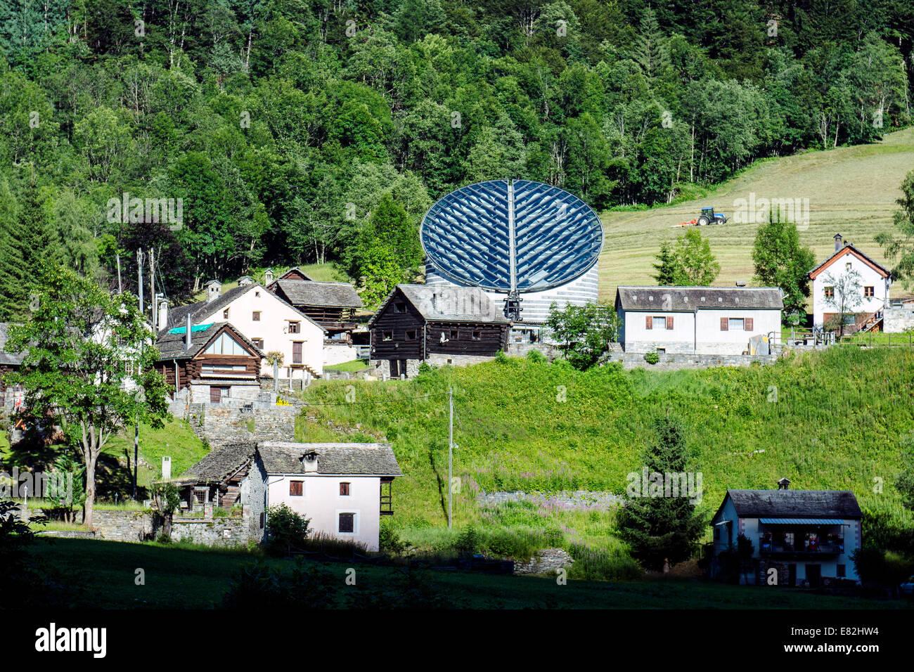 Suiza, Ticino, Mogno, vista a la iglesia de San Giovanni Battista Foto de stock