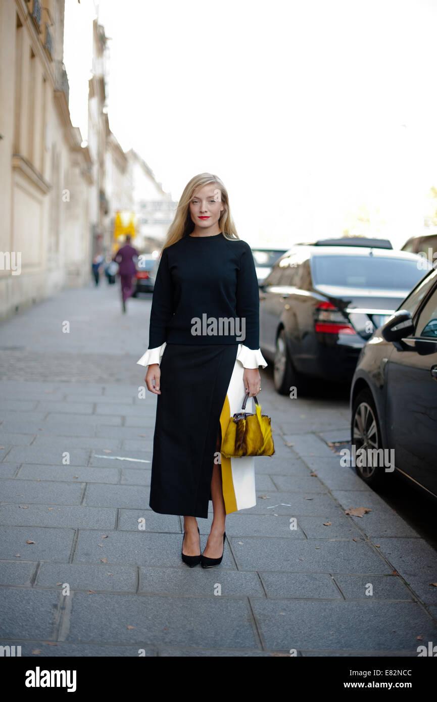 El estilista y consultor de moda, Kate Foley llega a la pista de aterrizaje  Chalayan eaae0515c3