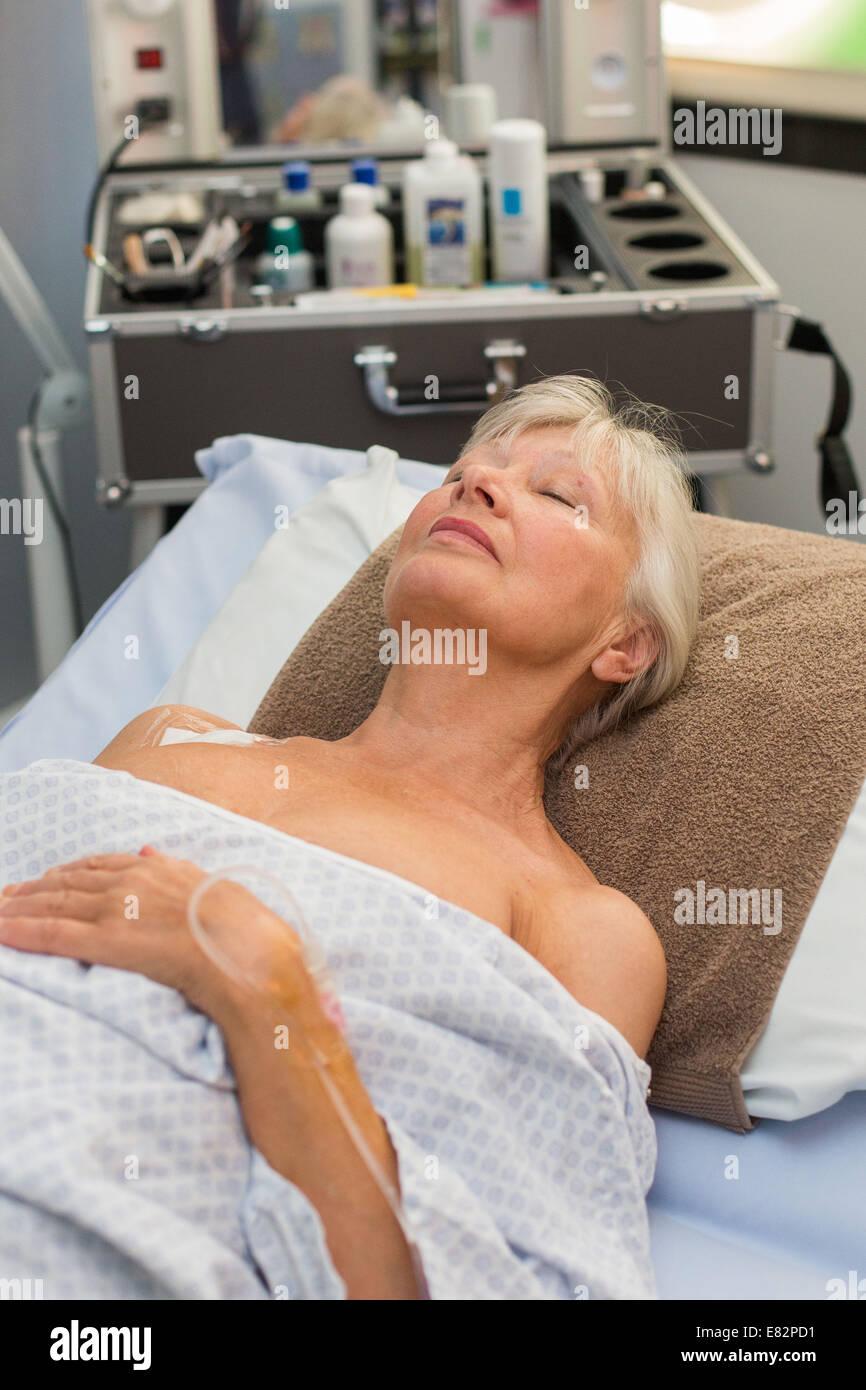 """Cuidados de confort y bienestar realizado por un auxiliar de enfermería capacitado para """"sentirse bien"""" Imagen De Stock"""