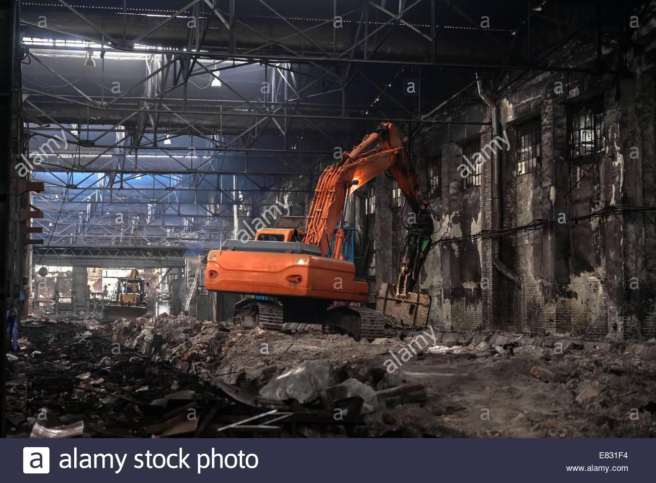 Interior con una excavadora industrial dentro Imagen De Stock