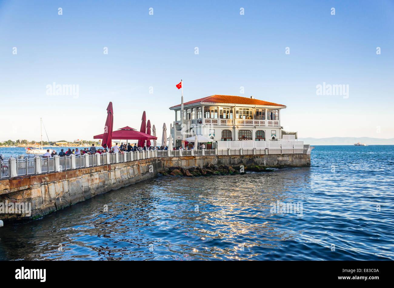 Moda histórico puerto de moda de Estambul, Turquía. Imagen De Stock