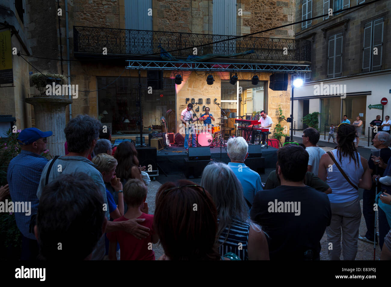 A la audiencia de la banda tocando en las calles de Bergerac durante junio festival de música. Imagen De Stock
