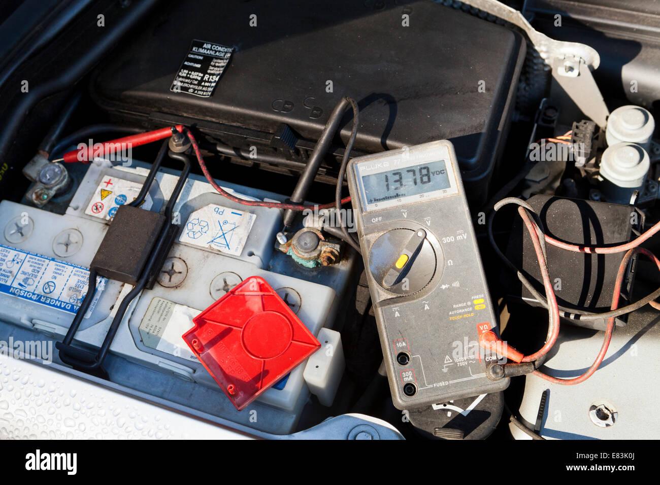 Probar la batería del automóvil con el voltímetro - EE.UU. Imagen De Stock