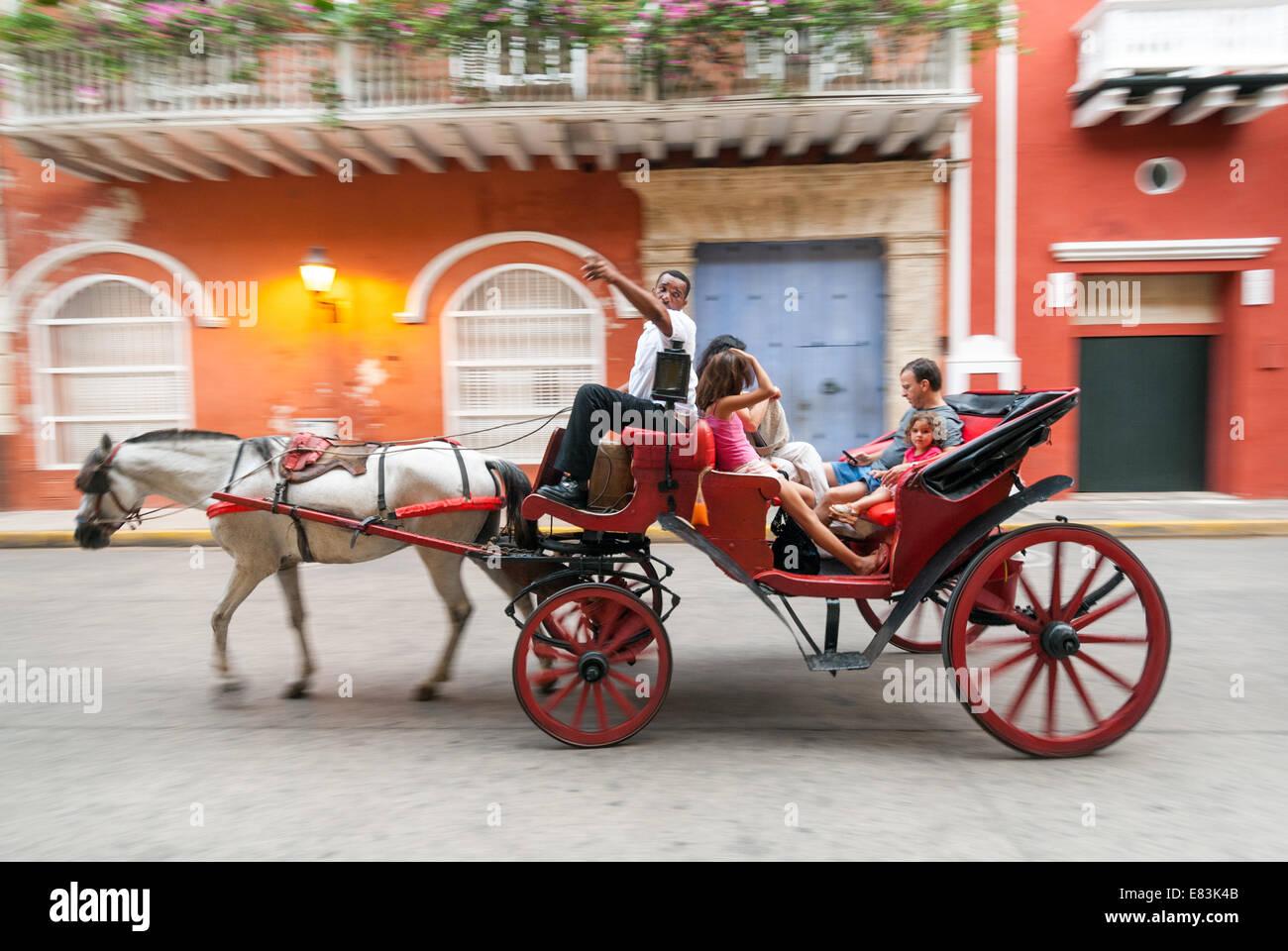 Paseo en coche de caballos paseo en carruaje por las calles del casco antiguo de la ciudad, Cartagena de Indias, Imagen De Stock