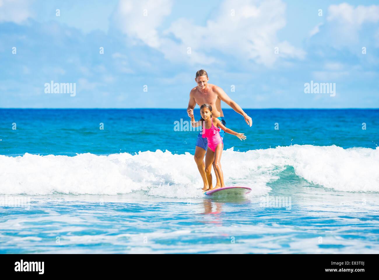 Padre e hija Surfear cogiendo olas, Verano Concepto de familia en el estilo de vida Imagen De Stock
