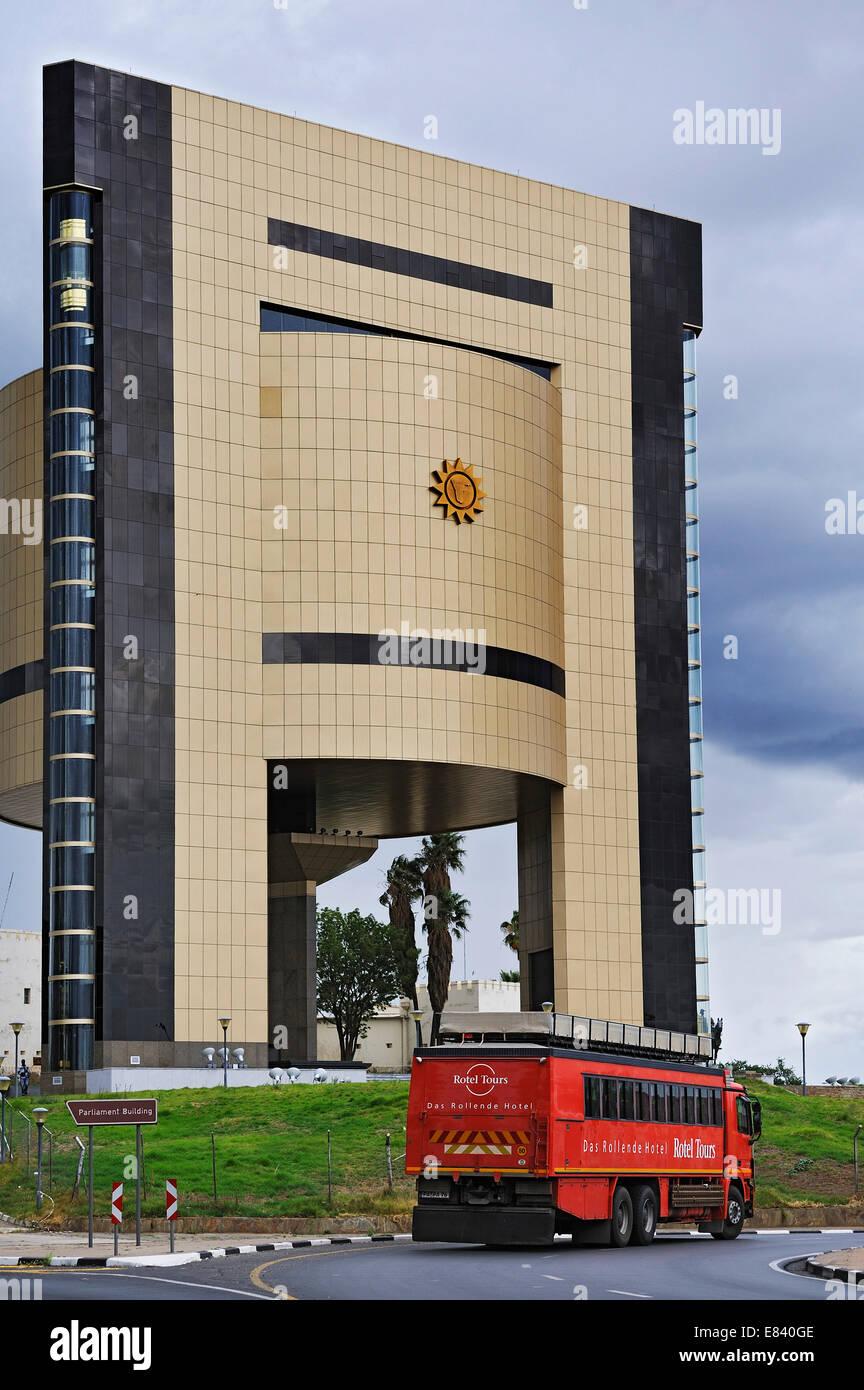 Independencia Memorial Museum, construido el 2012, con un Rotel-Tours-Bus en la parte delantera, Windhoek, Namibia Foto de stock