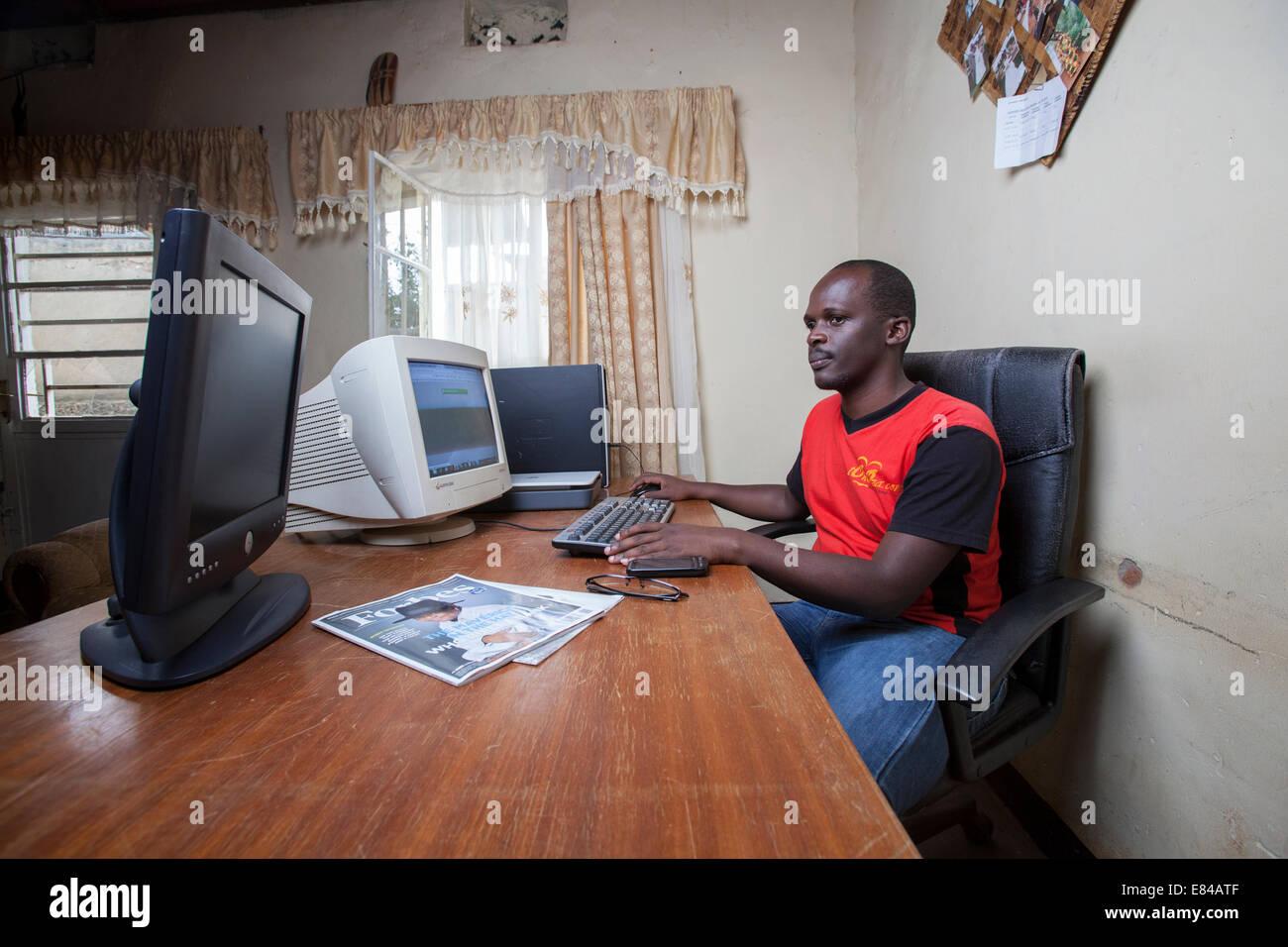 Sitio web de Rwanda administrador ejecutando un negocio en línea desde su hogar, oficina, Kigali, Ruanda Imagen De Stock