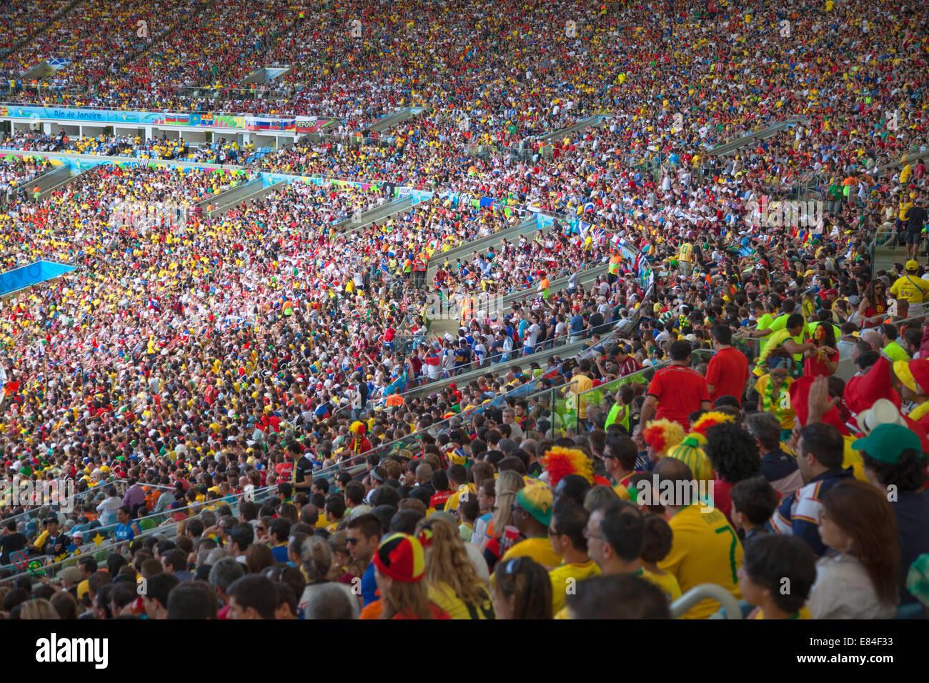 Los aficionados al fútbol en la Copa Mundial de fútbol en el estadio Maracaná de Río de Janeiro, Imagen De Stock