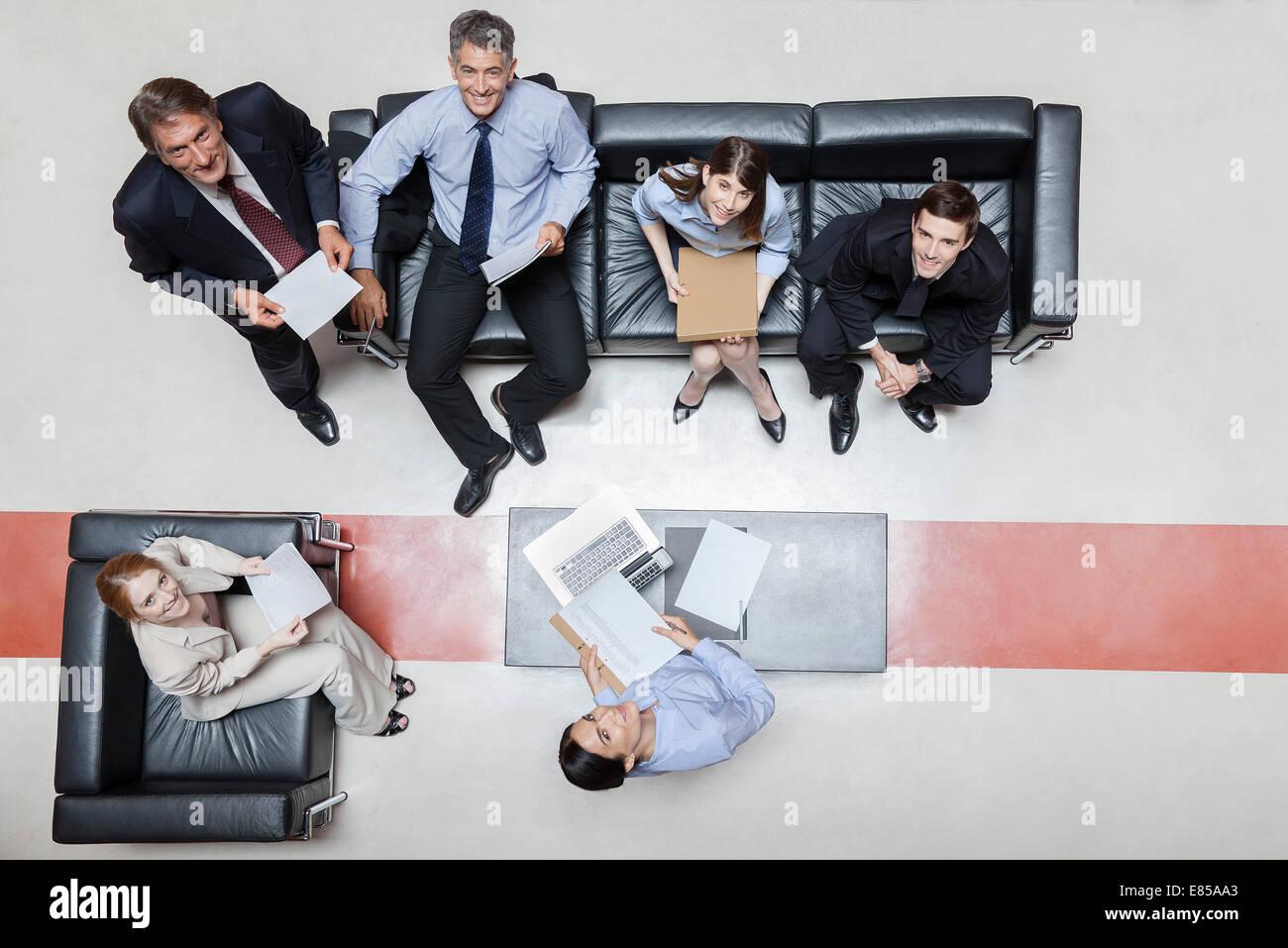 Los ejecutivos de reunión, sonriendo ante la cámara, vista superior Imagen De Stock