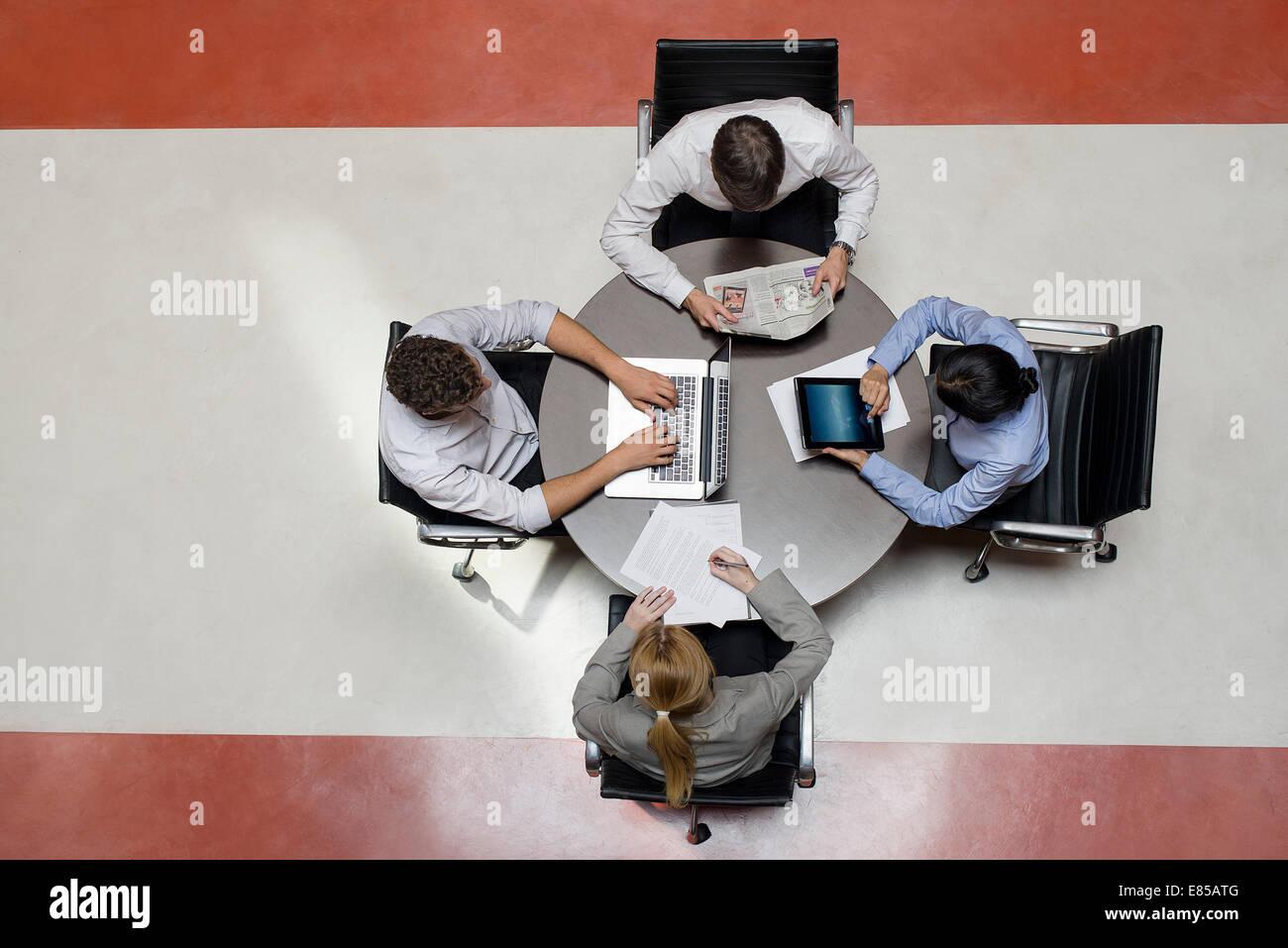 Los trabajadores de oficina teniendo trabajo en breakroom Imagen De Stock
