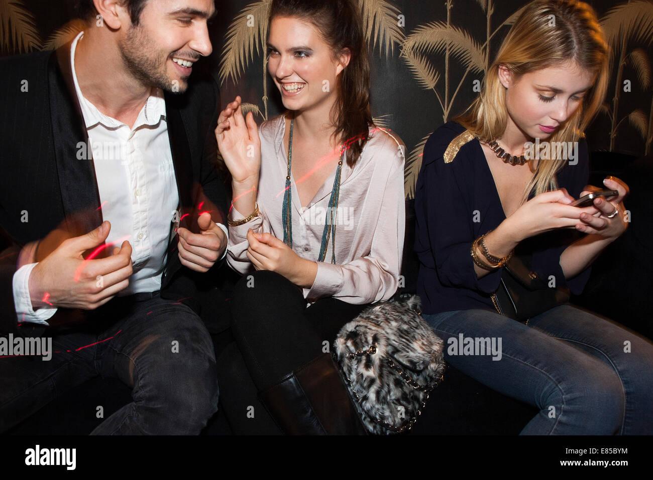 Los adultos jóvenes socializar en night club Foto de stock