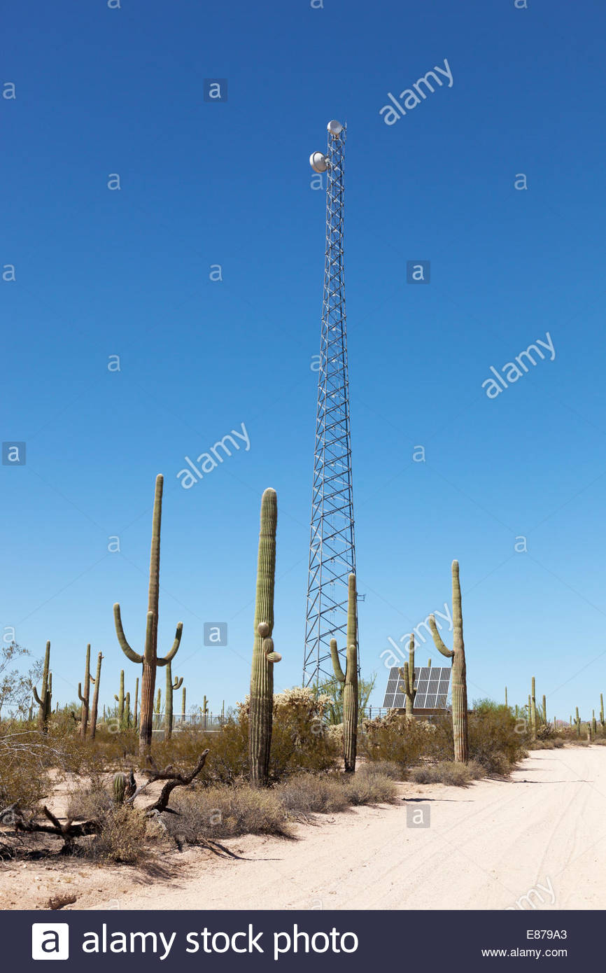 Torre de Comunicaciones de paneles solares en el desierto de Arizona Imagen De Stock