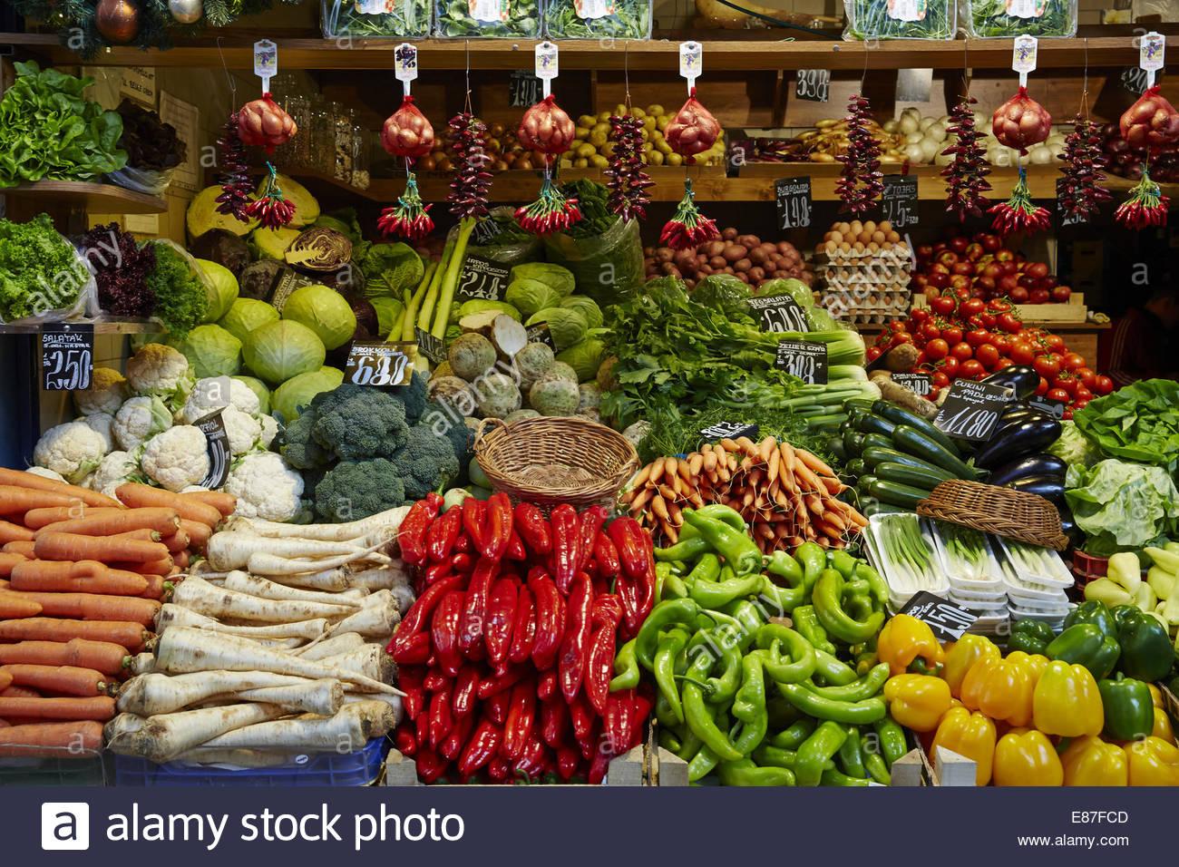 Producir, verdulero, antiguo mercado de frutas y hortalizas de la moda con varios coloridos frescos Imagen De Stock
