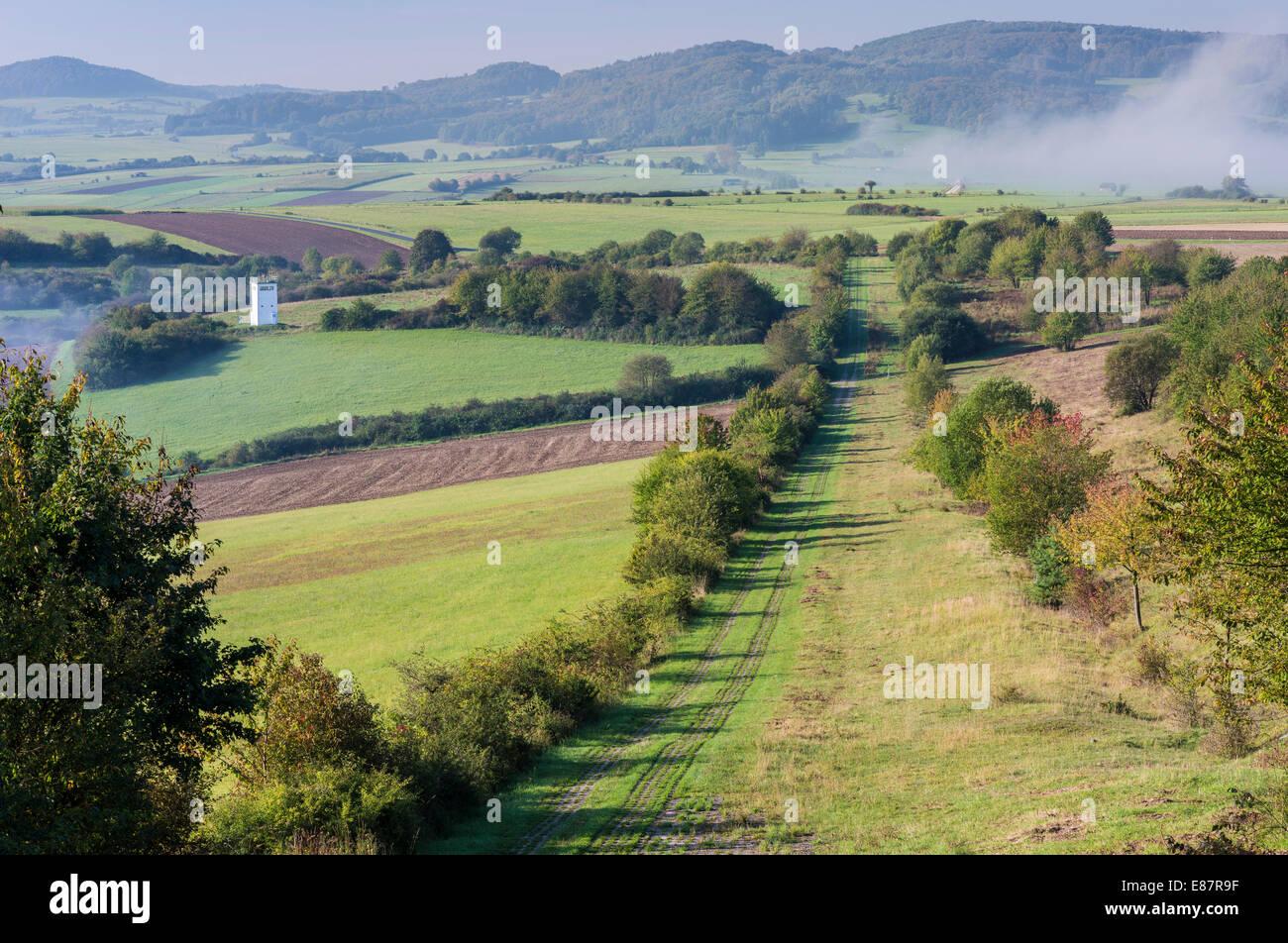 Antigua frontera alemana interior, zona de muerte con ruta de patrulla, torre de observación, niebla, cerca Imagen De Stock