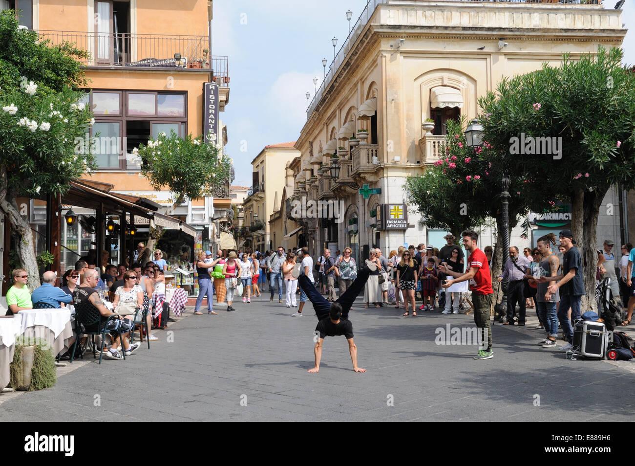 Rap bailarines entretenidos a los turistas en una plaza Taormina Sicilia Italia Foto de stock